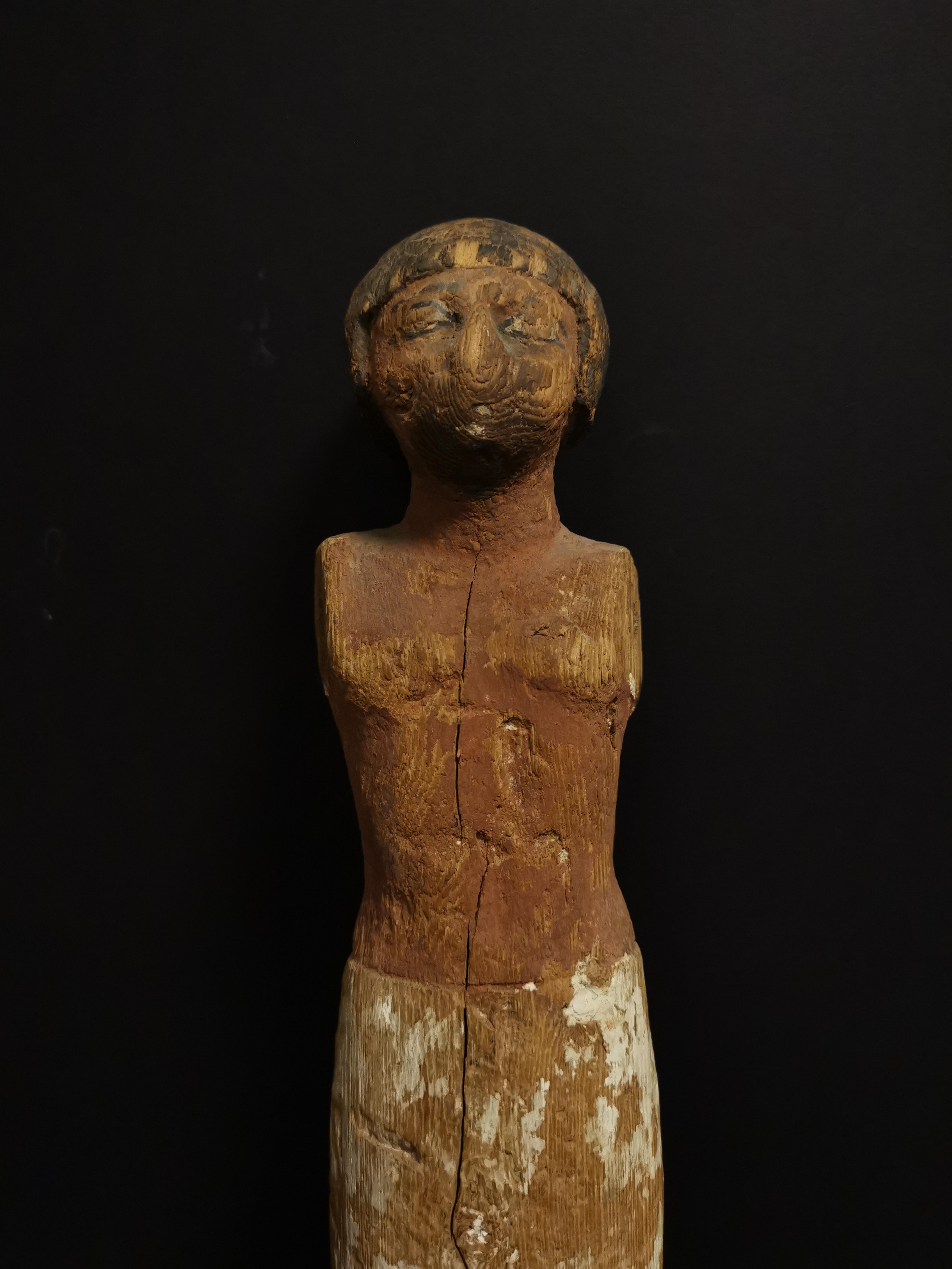 Statuette en ronde bosse représentant un homme debout vêtu d'un pagne. Les détails [...] - Image 3 of 4