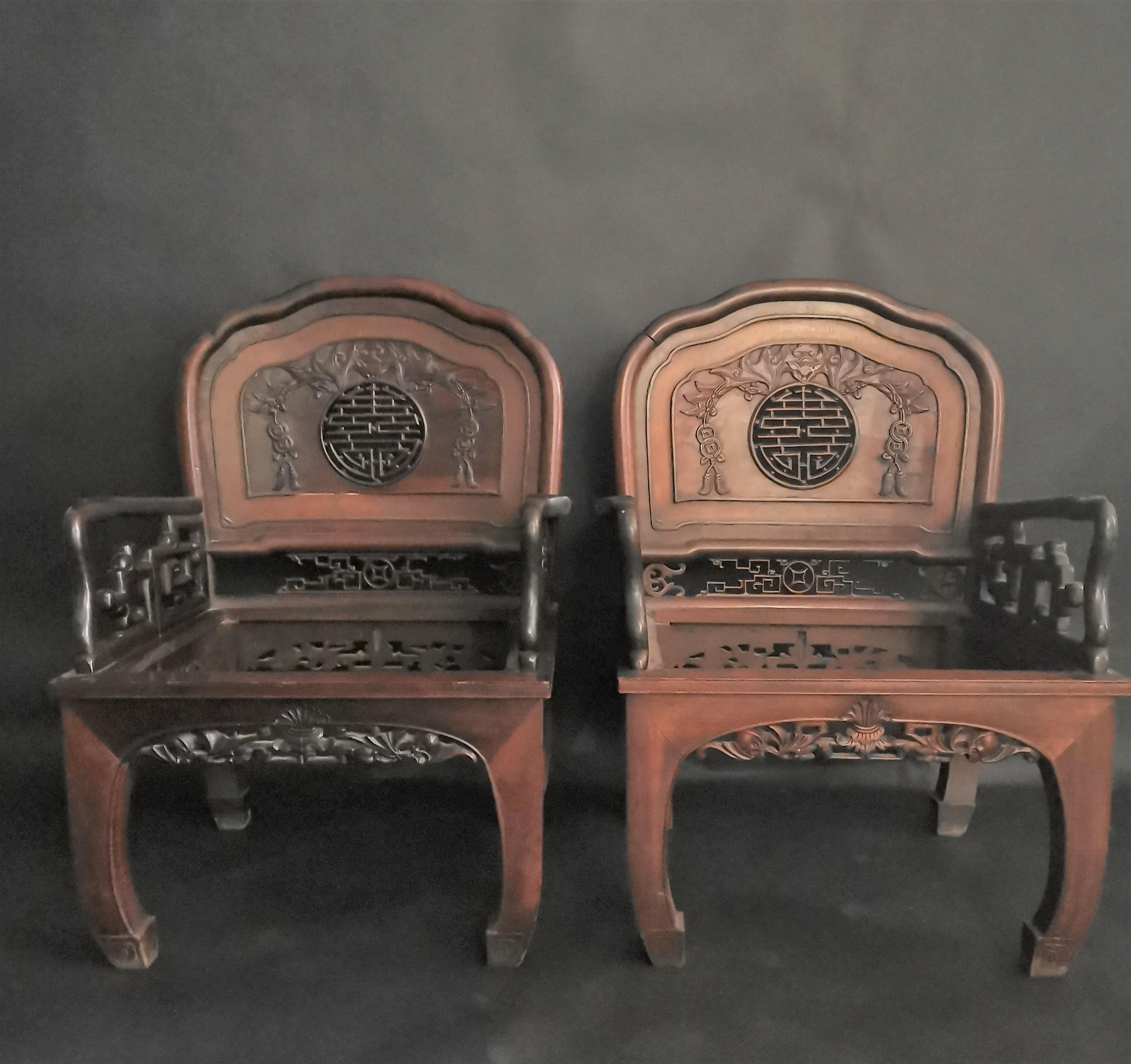 CHINE ou INDOCHINE. Paire de fauteuils à dossier mouvementé, à décor sculpté de [...]