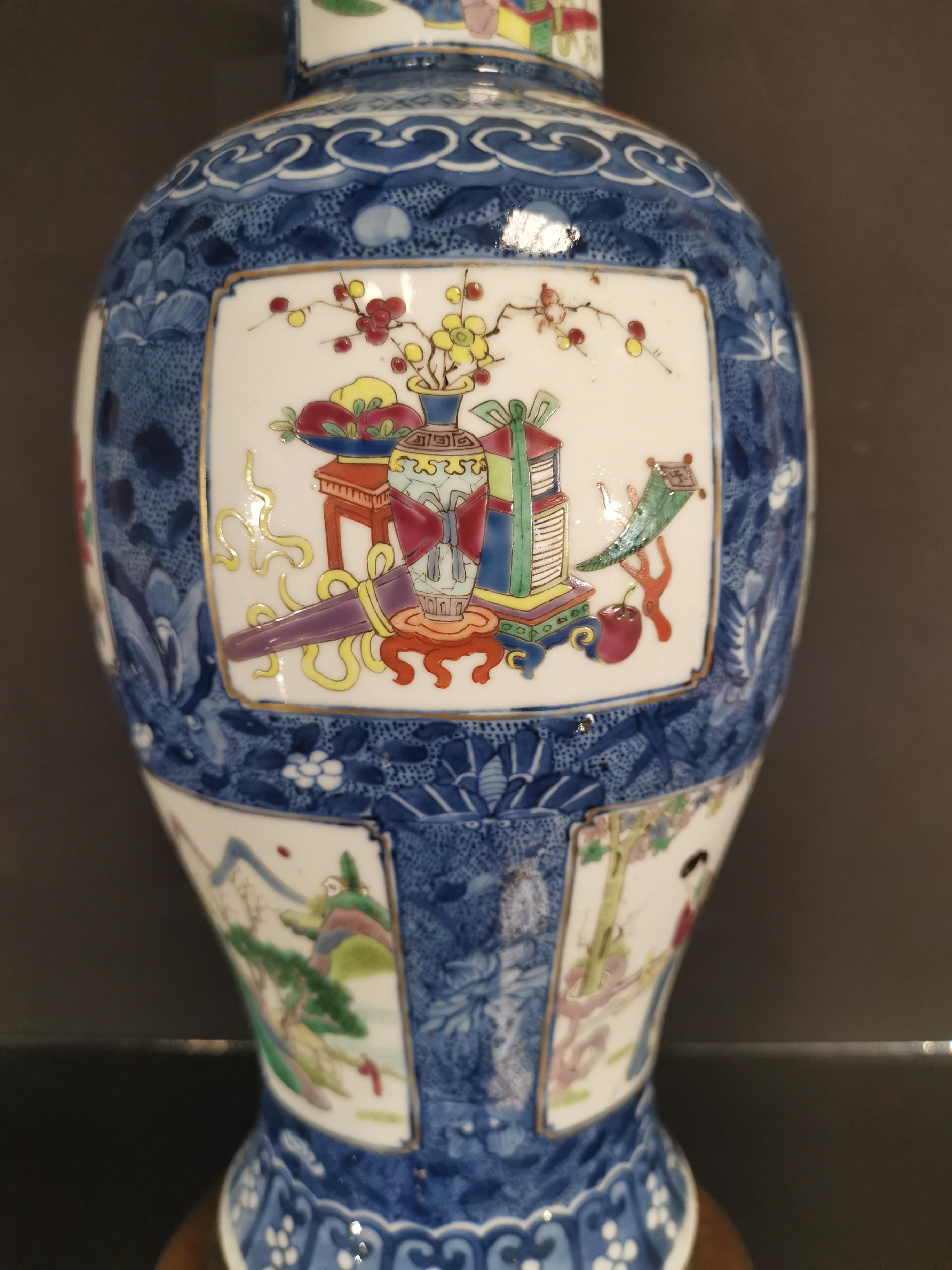 Vase couvert en porcelaine famille rose et bleu blanc Chine, fin du XIXème siècle [...] - Image 4 of 5