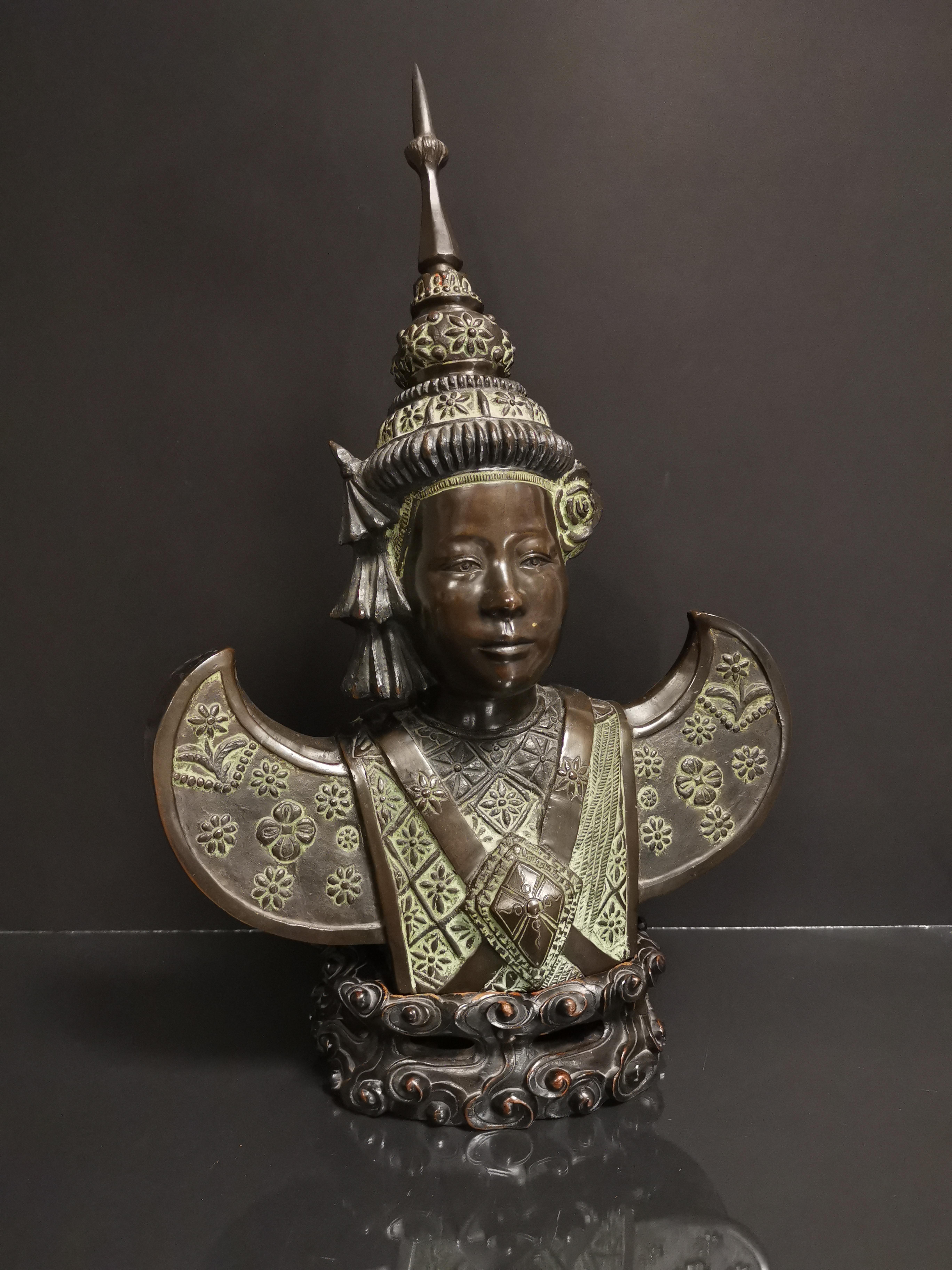 VIETNAM. Buste de danseuse apsara, Bronze. H :49 cm. Socle en bois sculptée. -