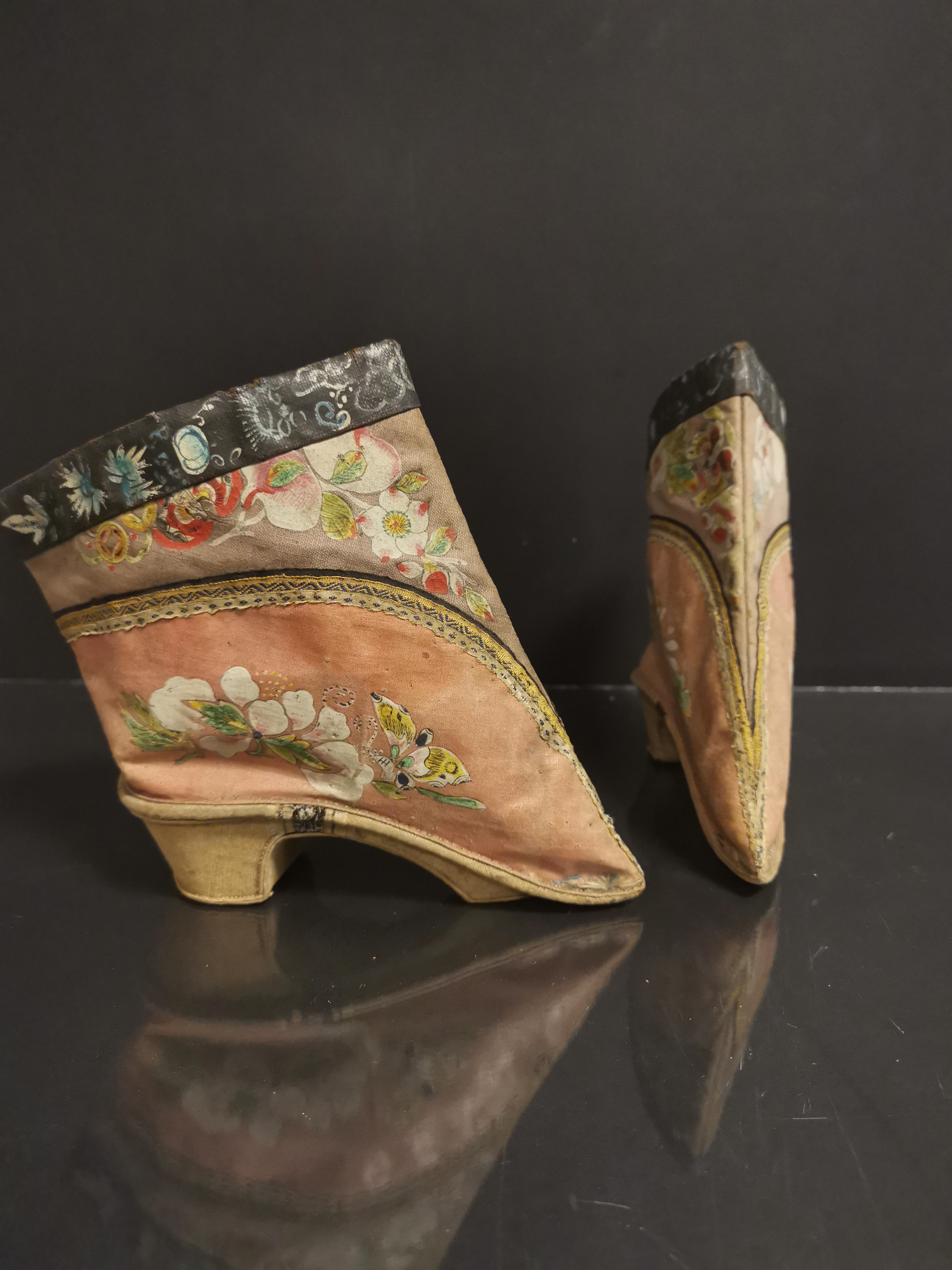 Paire de chaussures en soie brodée. Chine, époque Guangxu (1875-1908). L. : 14 cm. [...] - Image 2 of 3