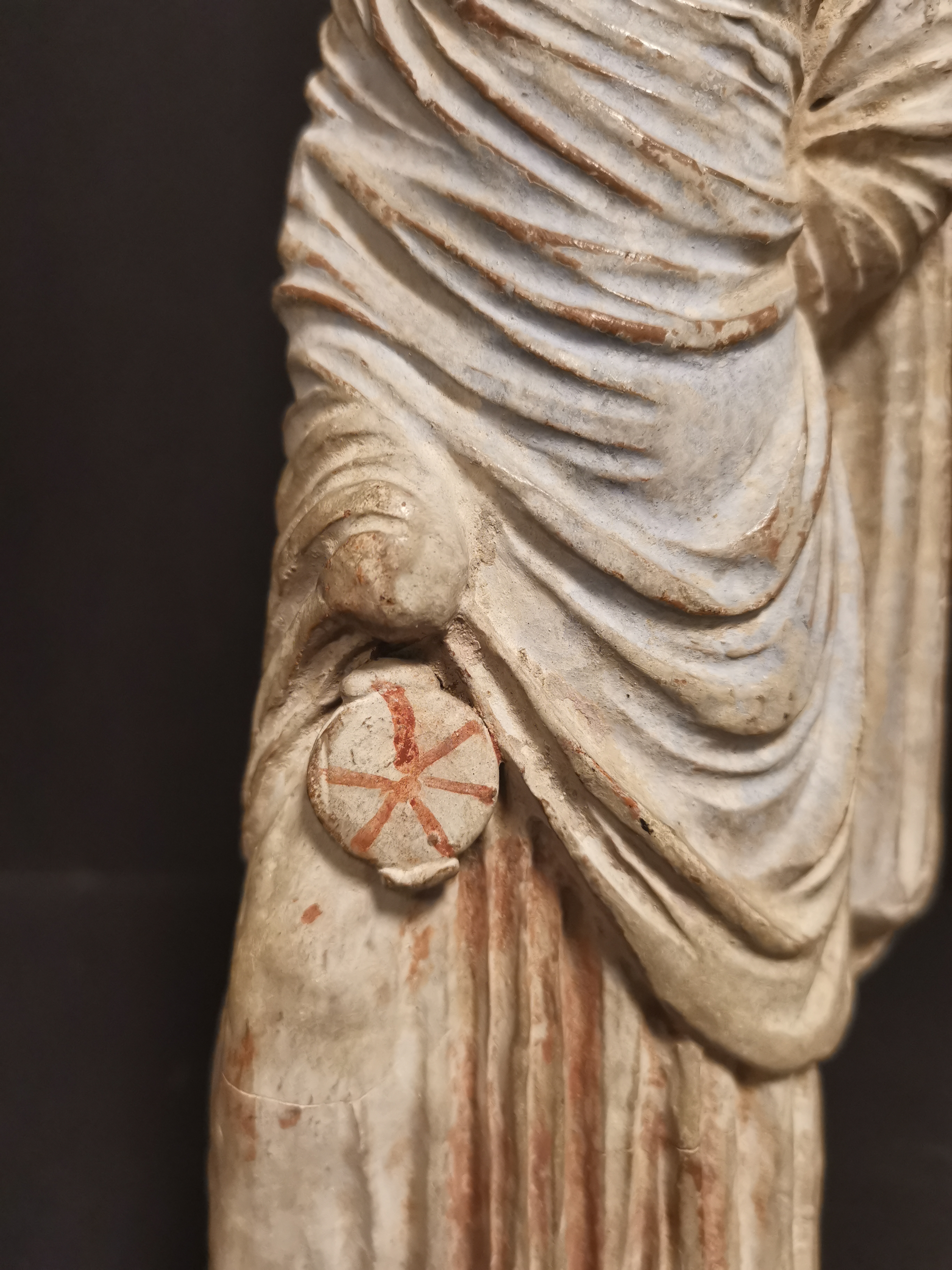 GRECE, dans le goût de. Tanagra en terre cuite représentant un personnage féminin [...] - Image 7 of 8
