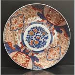 JAPON - Imari. Grand plat à décor rouge or et bleu d'un bouquet central et bordure [...]