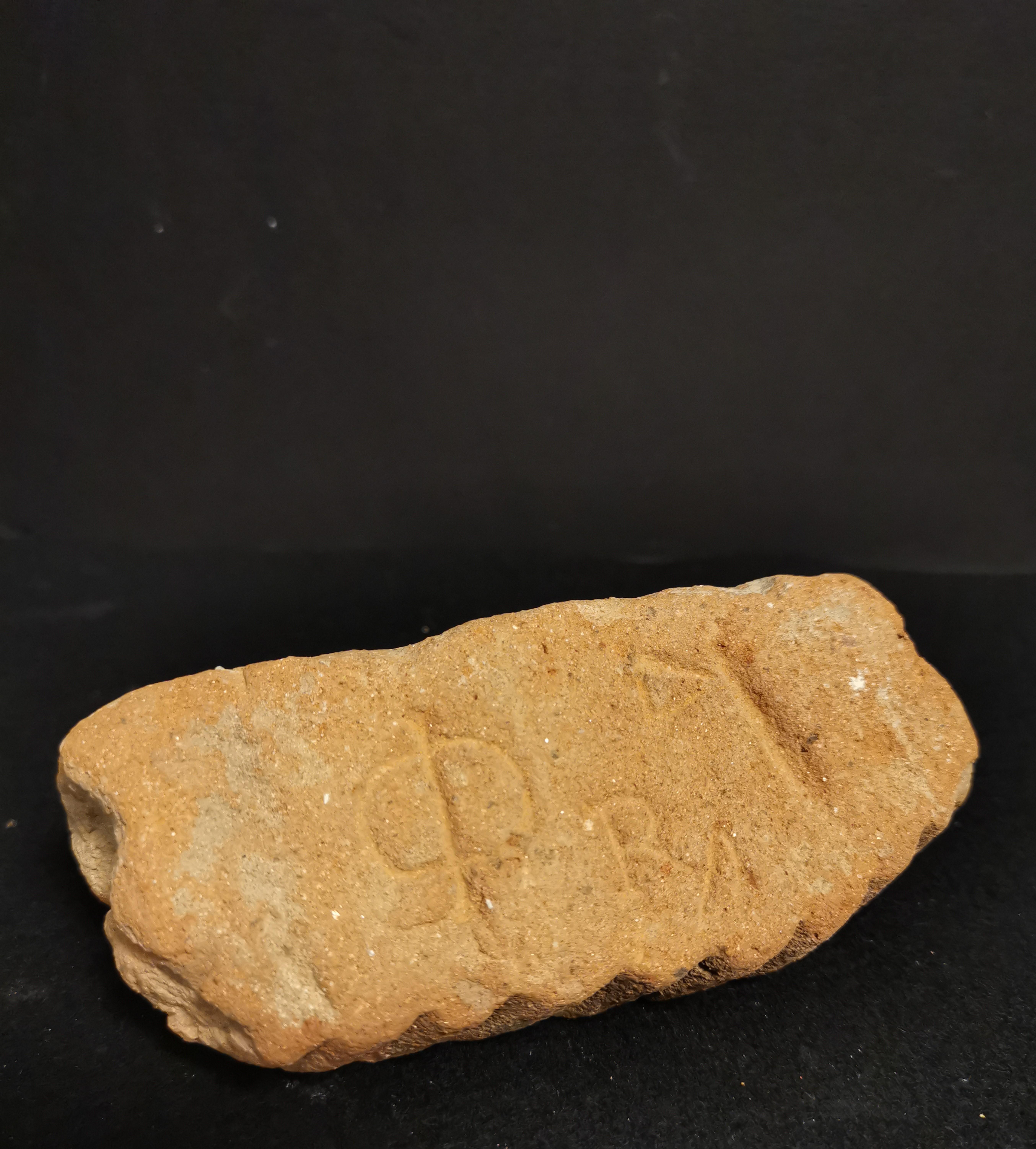 Quatre fragments dont, -deux en terre cuite,une anse d'amphore portant la mention [...] - Image 6 of 6