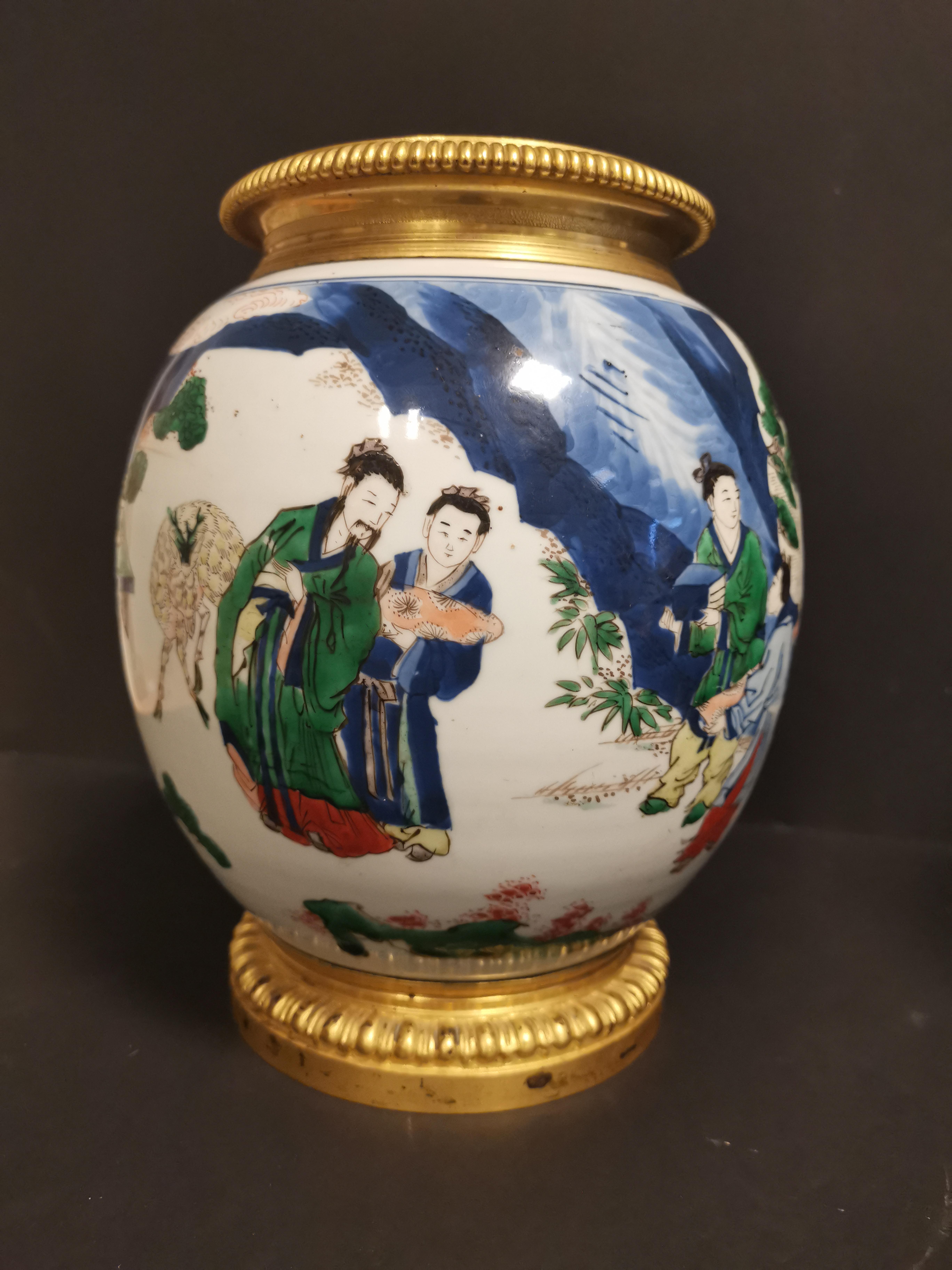 Paire de vases en porcelaine Wucai Chine, XIXème siècle La panse globulaire, à [...] - Image 3 of 6