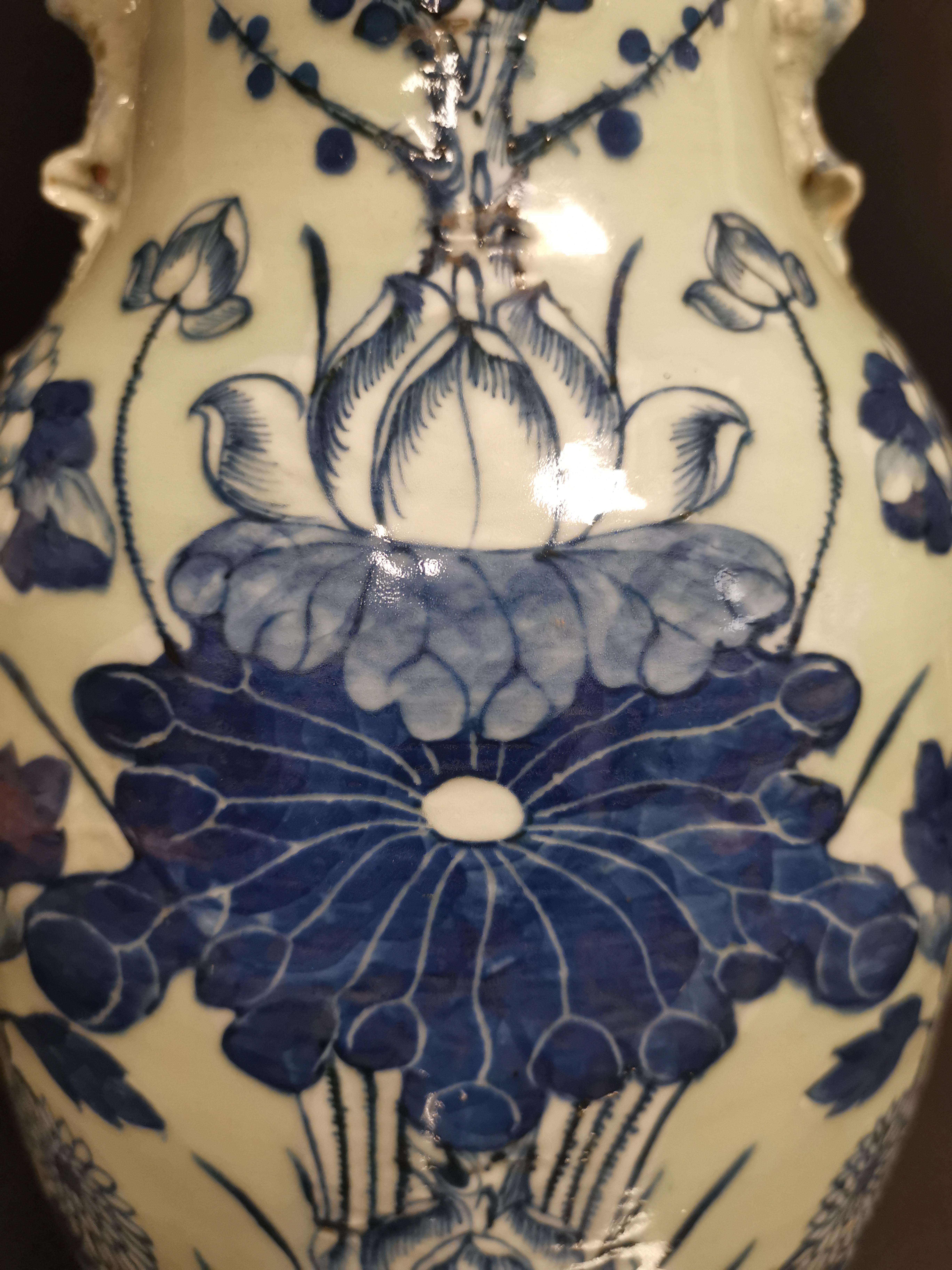 CHINE. Vase balustre en porcelaine à décor bleu sur fond blanc de fleurs de lotus, [...] - Image 3 of 3