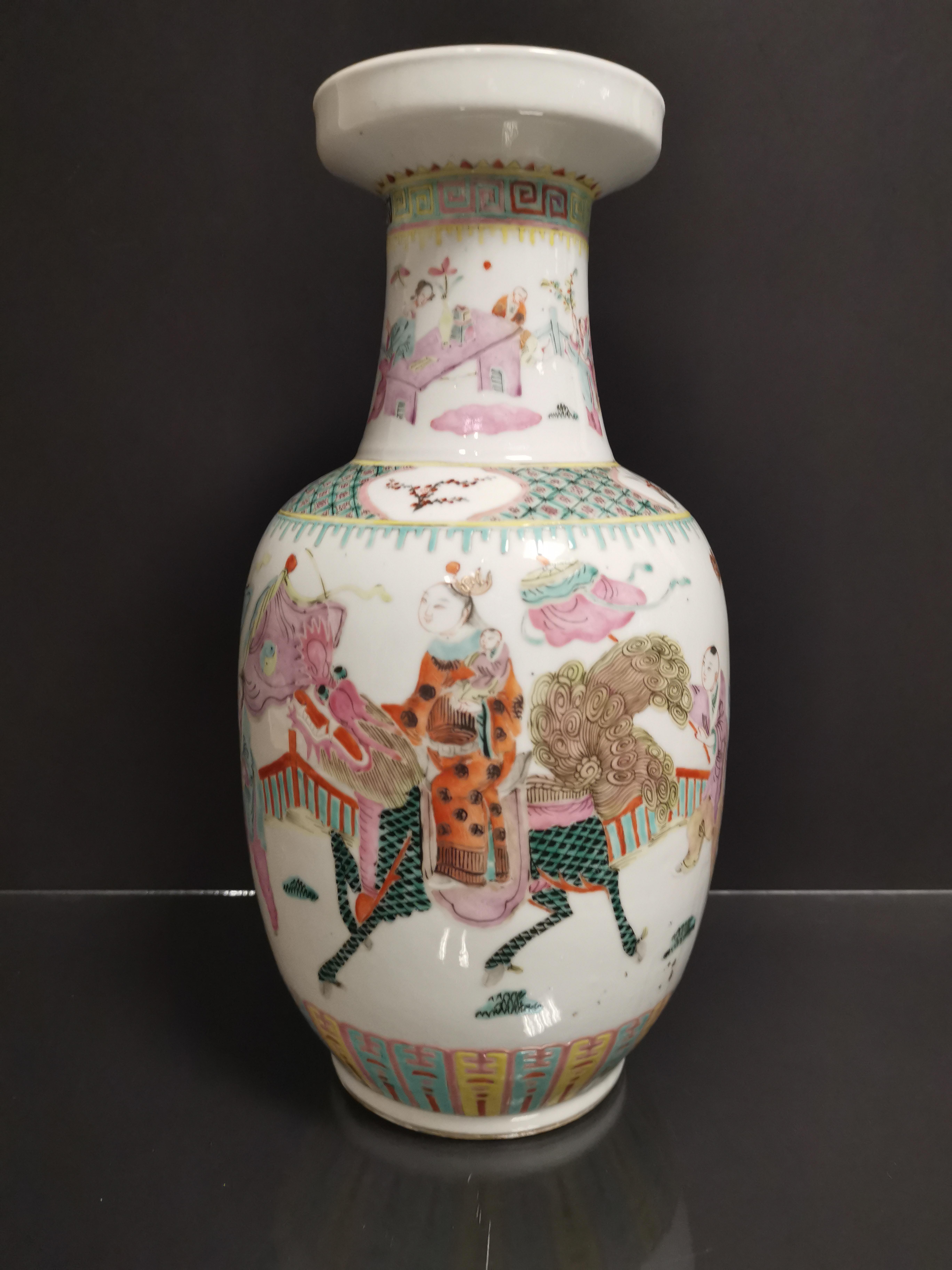 Vase en porcelaine polychrome Chine, XXème siècle La panse bombée, à décor [...]
