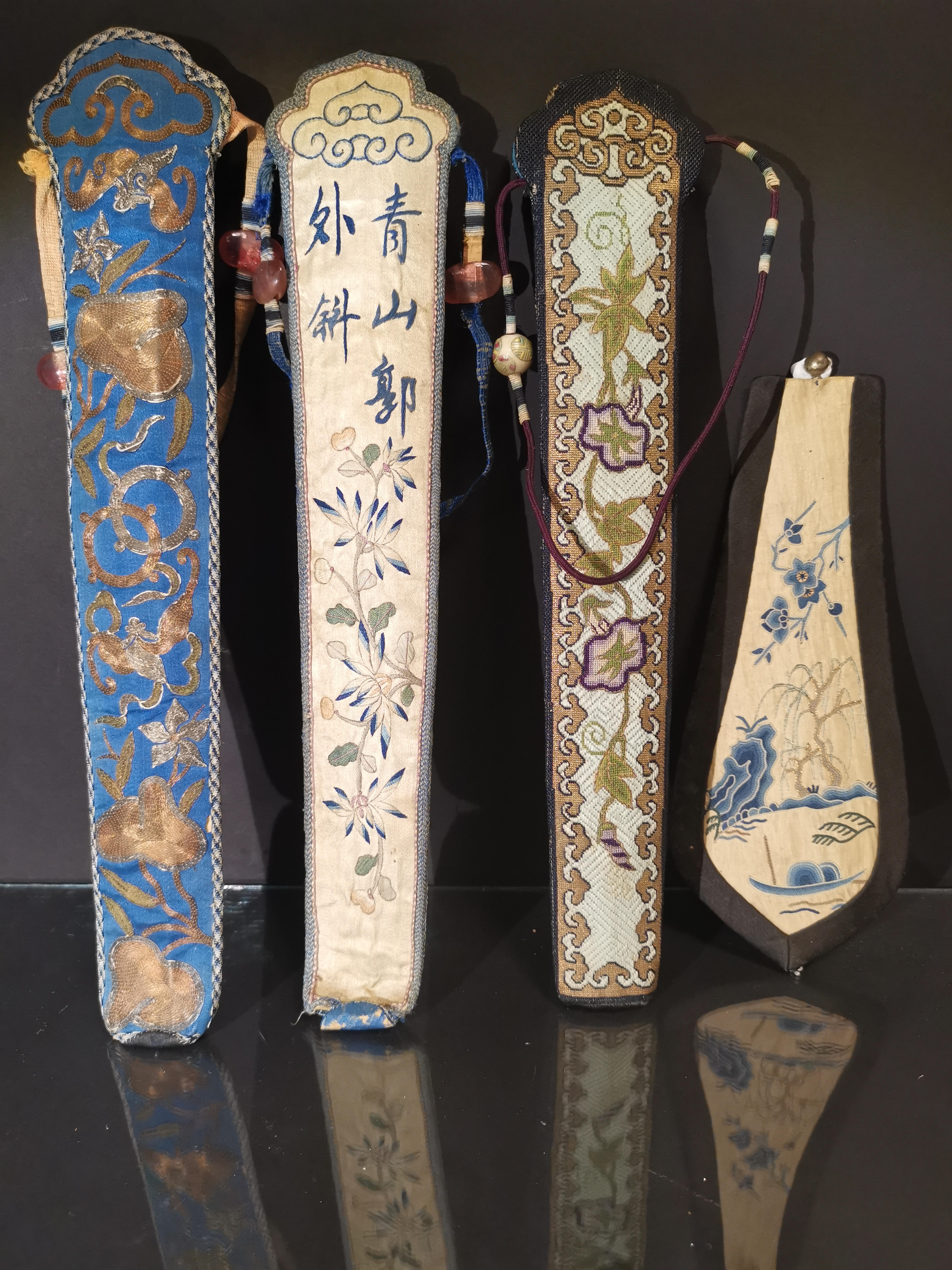 Trois étuis d'éventails en soie brodée contenant 8 baguettes et une broderie. [...] - Image 2 of 2