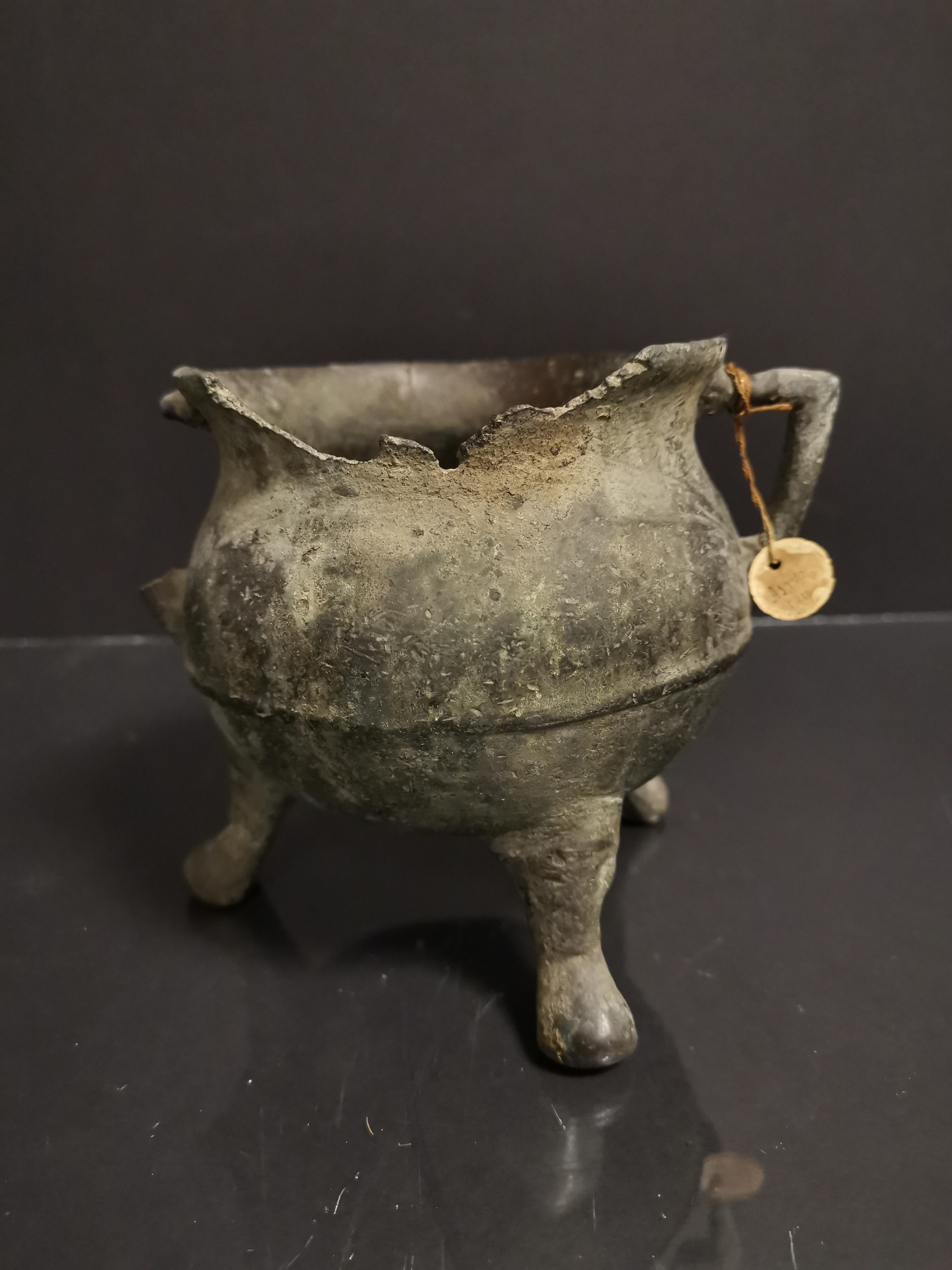 Petit chaudron tripode en bronze, époque XVIIe, porte une étiquette à la anse [...]