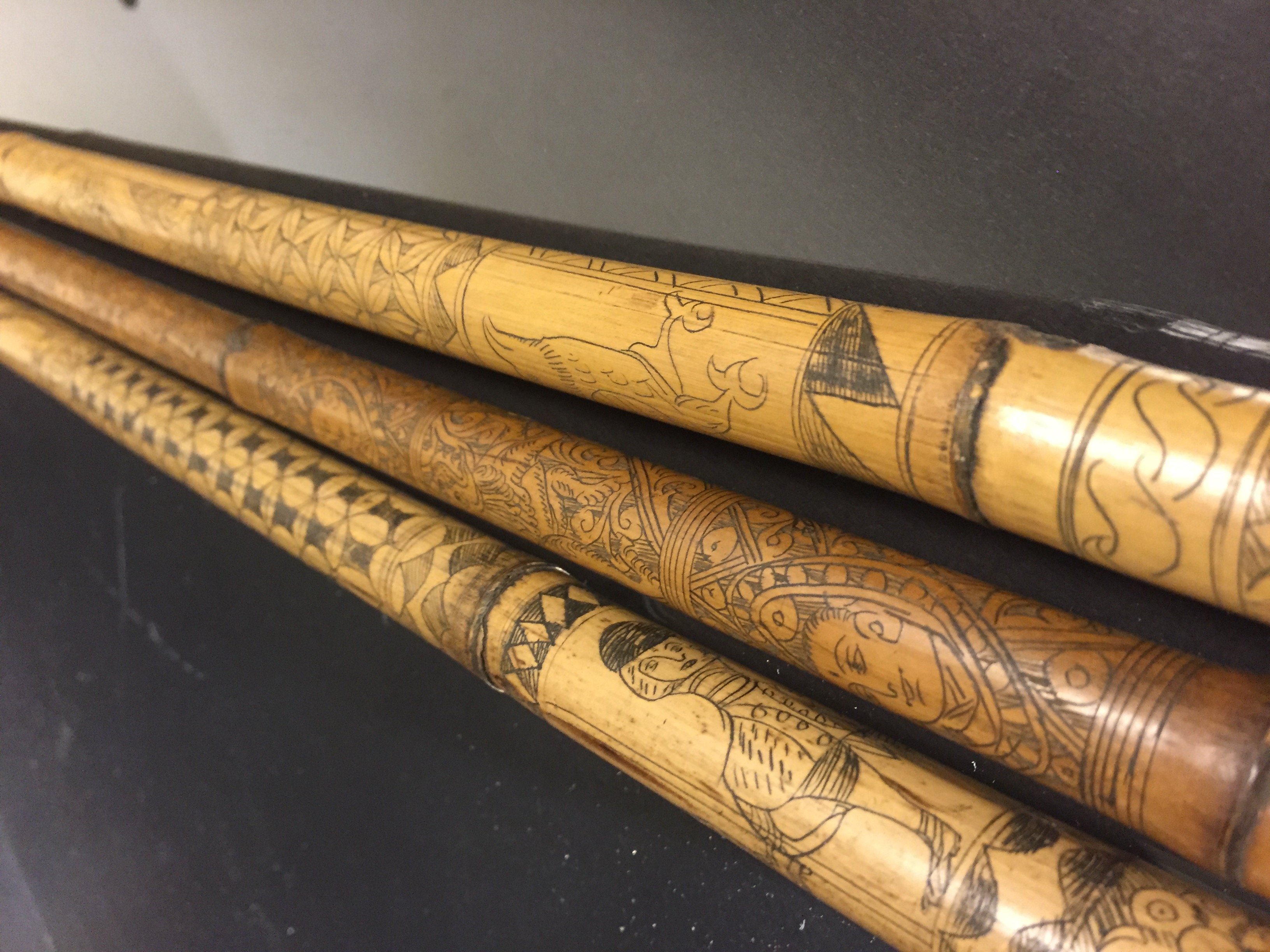 IRAN (?). Trois bambous gravés à décor en médaillon de profils de personnages, [...]