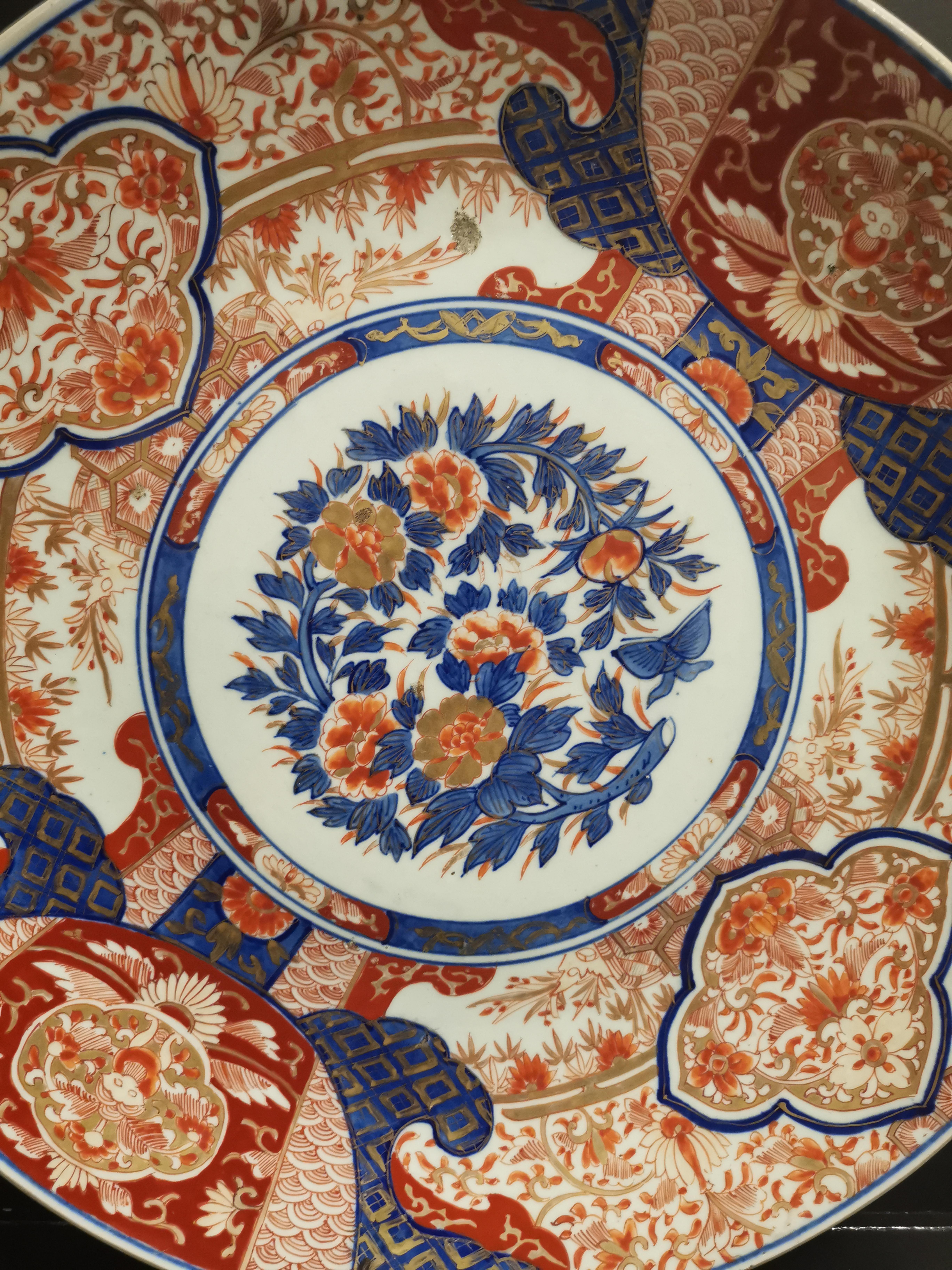 JAPON - Imari. Grand plat à décor rouge or et bleu d'un bouquet central et bordure [...] - Image 2 of 2