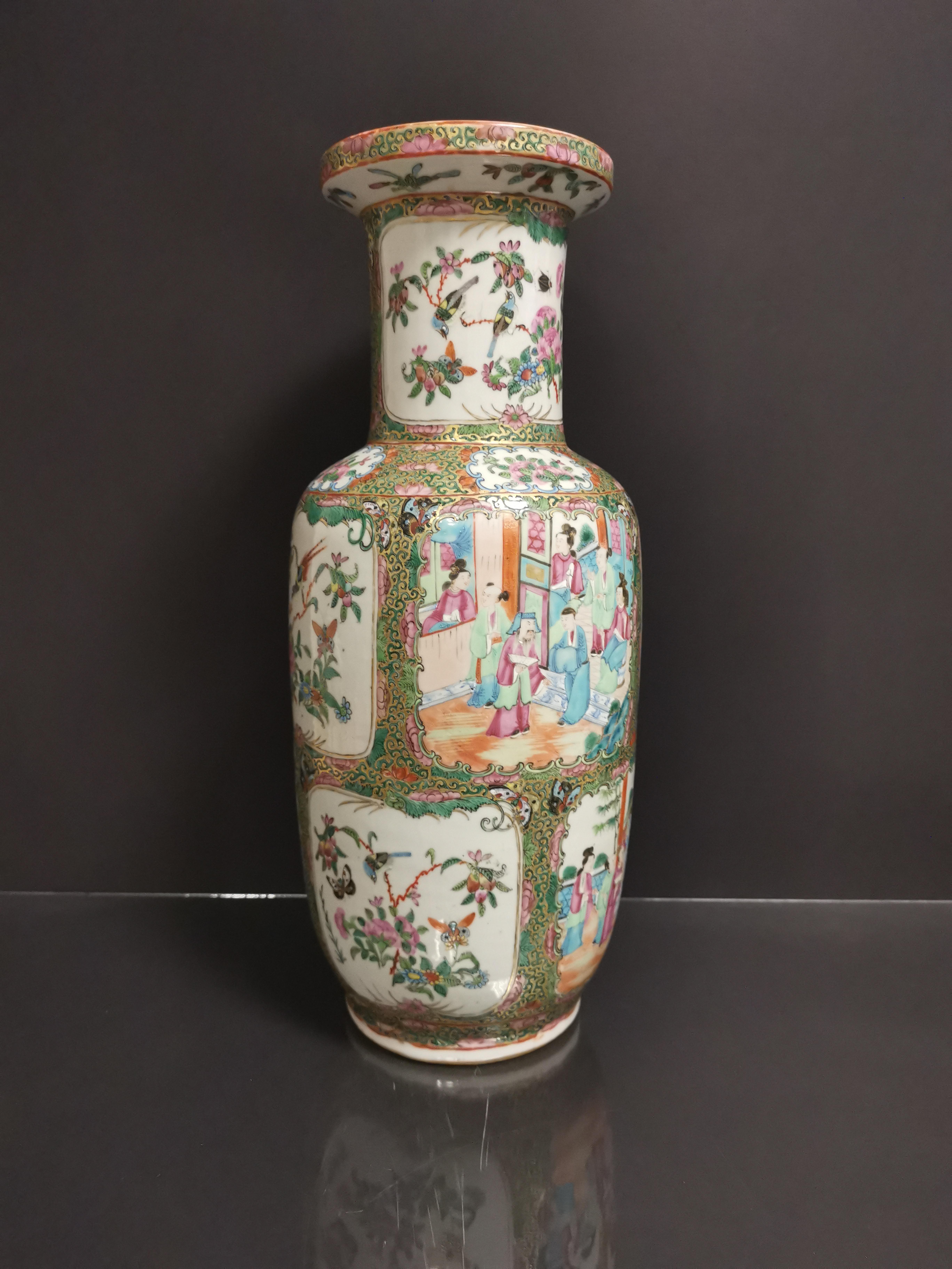 CHINE - Canton. Grand vase balustre à décor en réserves de scènes de pavillons [...]