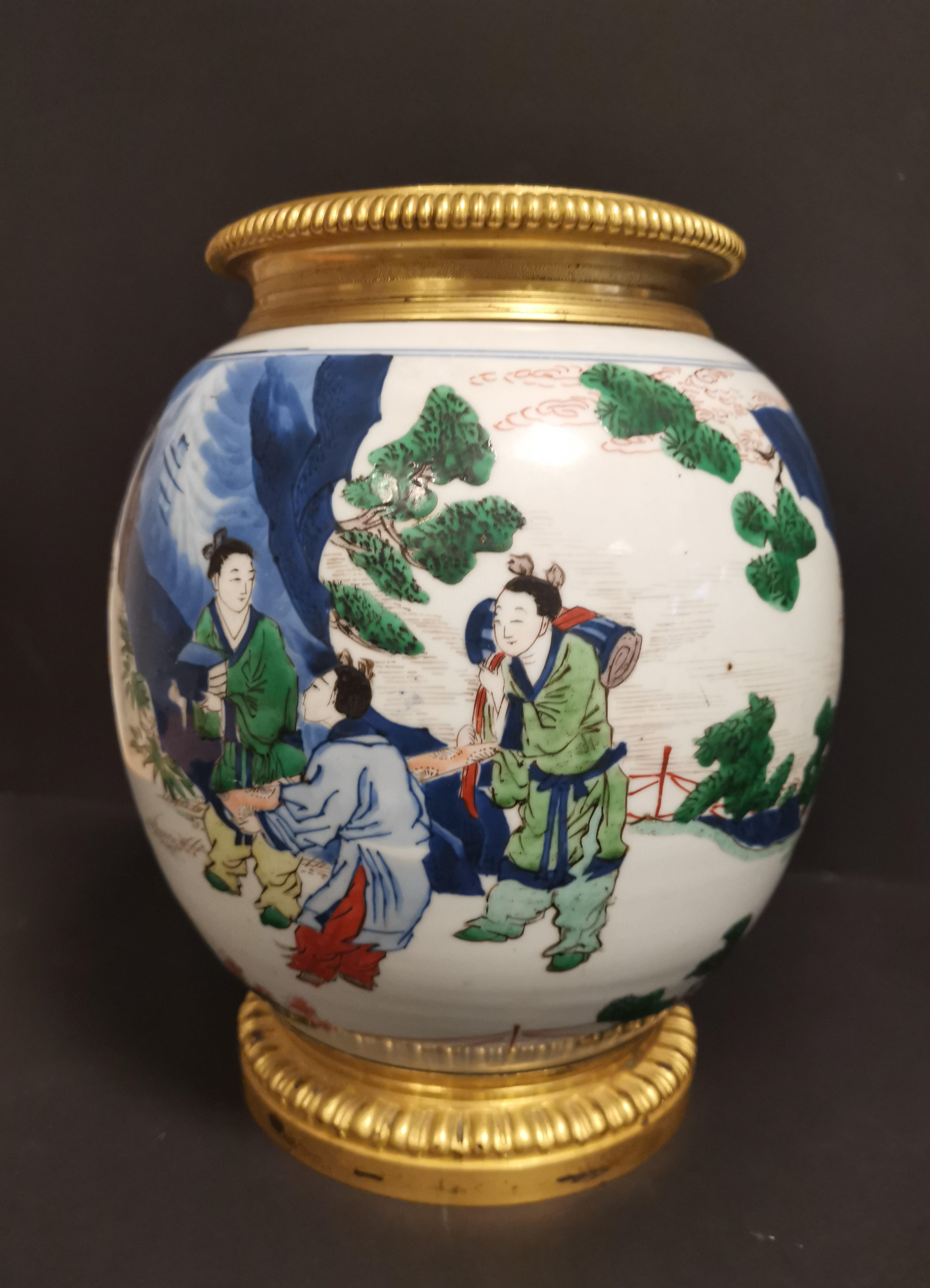 Paire de vases en porcelaine Wucai Chine, XIXème siècle La panse globulaire, à [...] - Image 4 of 6