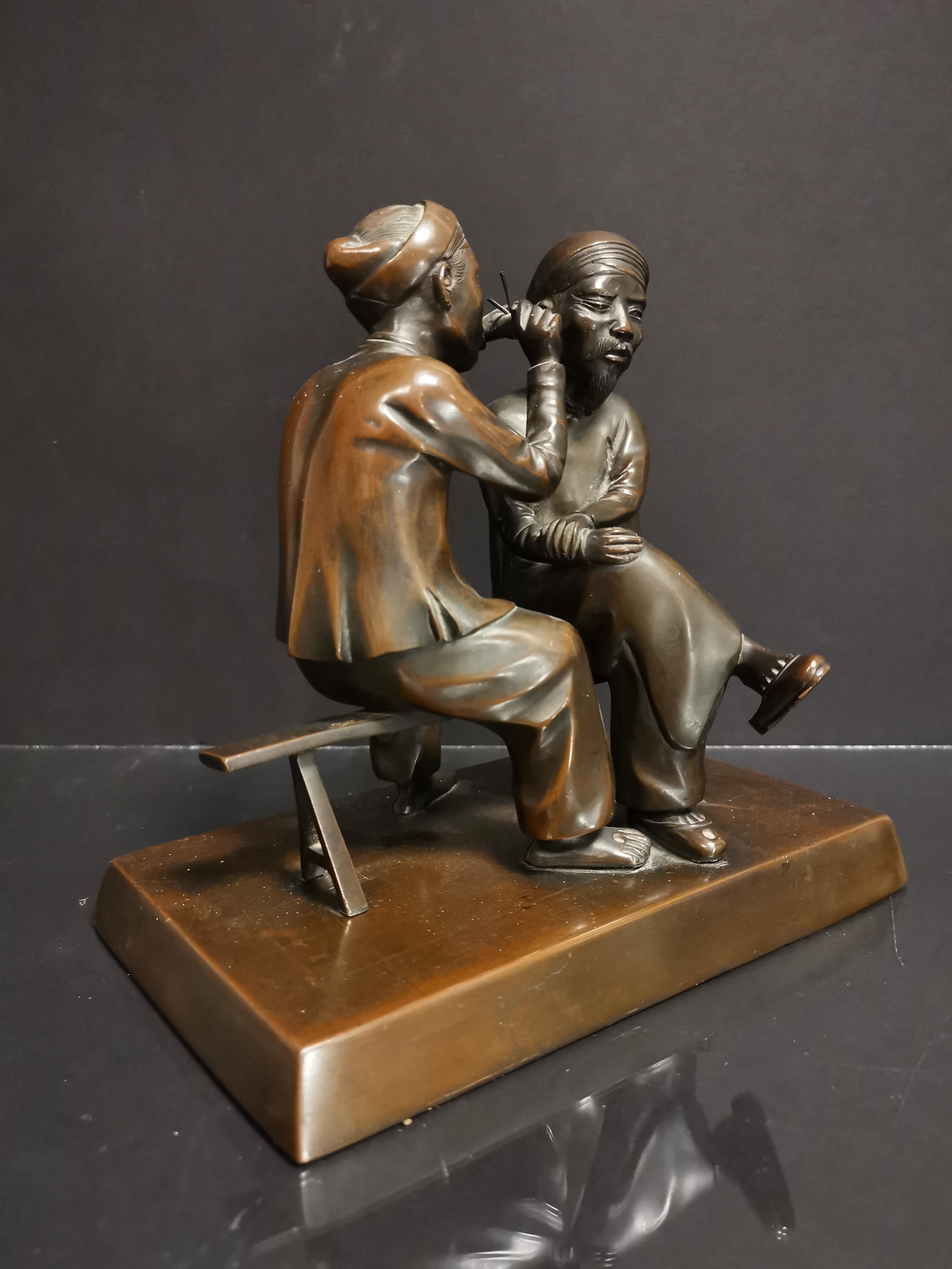 VIETNAM. Deux personnages se curant les oreilles. Bronze. H : 20 cm - - Image 2 of 4