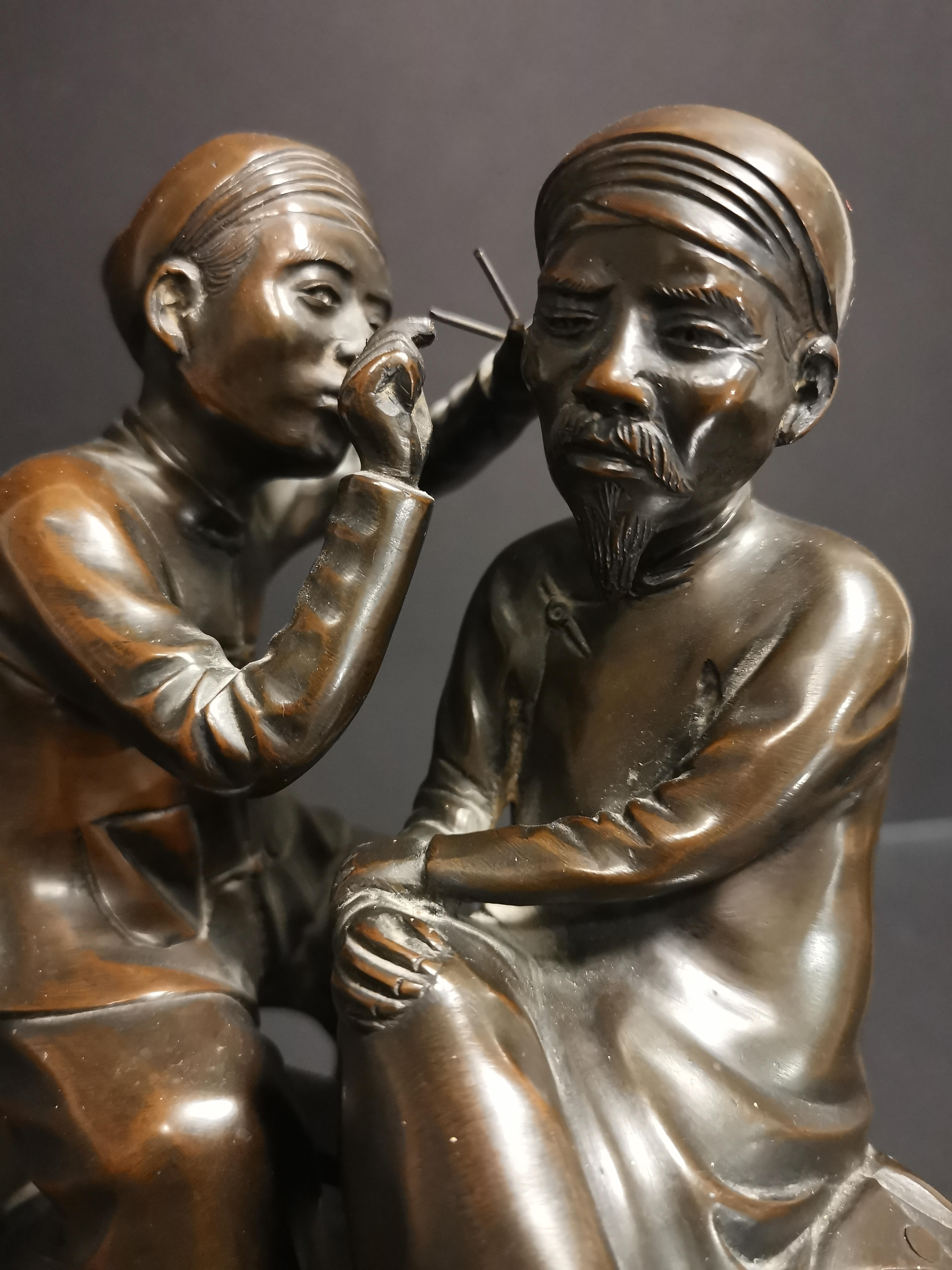 VIETNAM. Deux personnages se curant les oreilles. Bronze. H : 20 cm - - Image 3 of 4