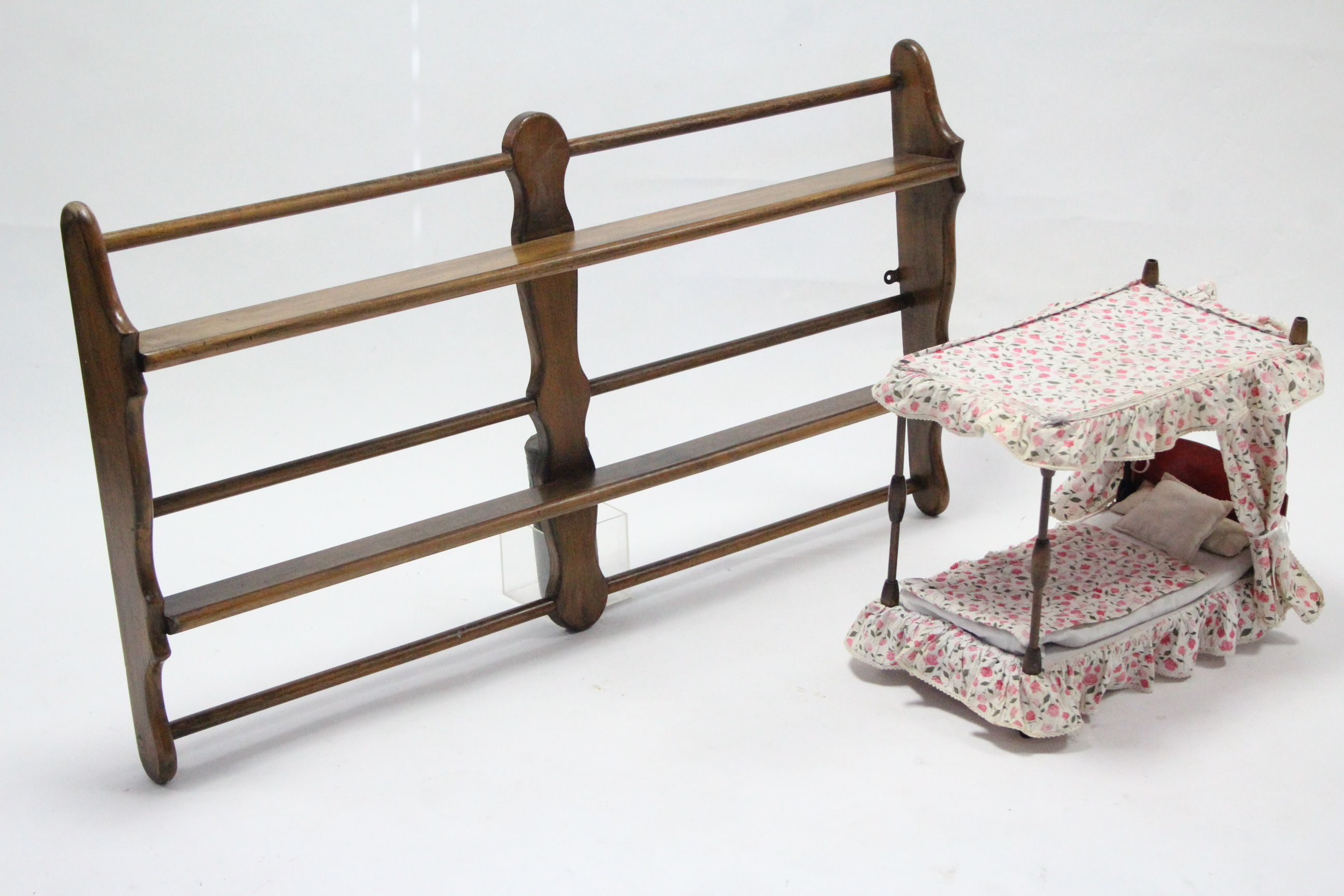 A doll's four-poster bed, complete with bedding & drapes; together with a two-tier ash wall - Image 2 of 2