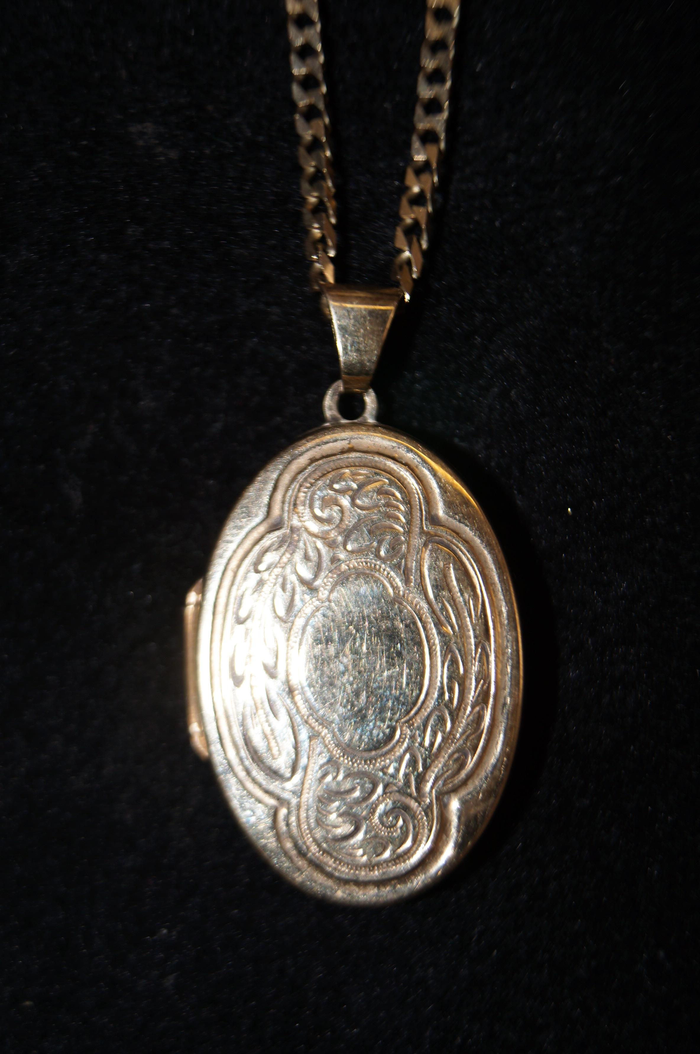 Lot 41 - 9ct Gold locket & necklace Weight 9.8g