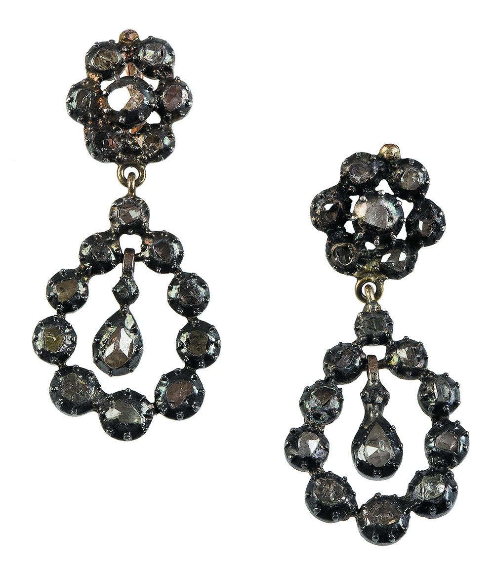 Lot 6 - Pendientes largos S. XVIII - XVX de diamantes,con rosetón superior del que pende forma de gota con