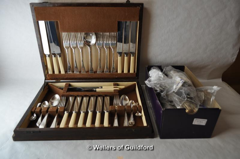 Lot 7322 - An oak canteen of silver plated cutlery and a quantity of silver plated cutlery; one silver salt