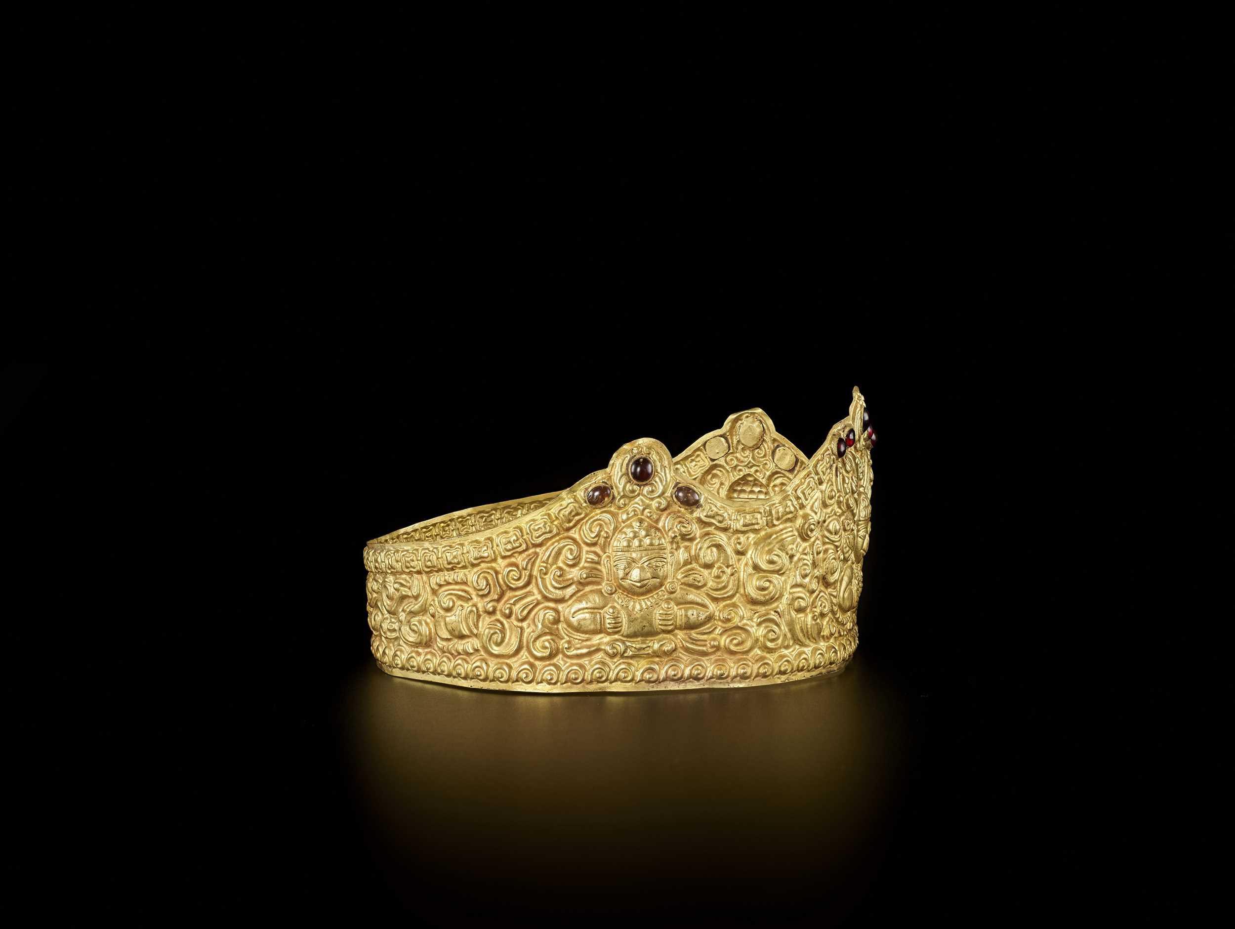 AN EXTRE MELY RARE AND FINE CHAM GEMSTONE-SET GOLD REPOUSSÉ CROWN WITH GARUDAS - Bild 8 aus 9