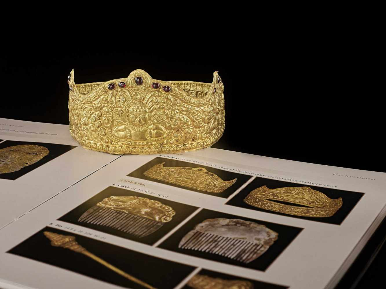 AN EXTRE MELY RARE AND FINE CHAM GEMSTONE-SET GOLD REPOUSSÉ CROWN WITH GARUDAS - Bild 2 aus 9