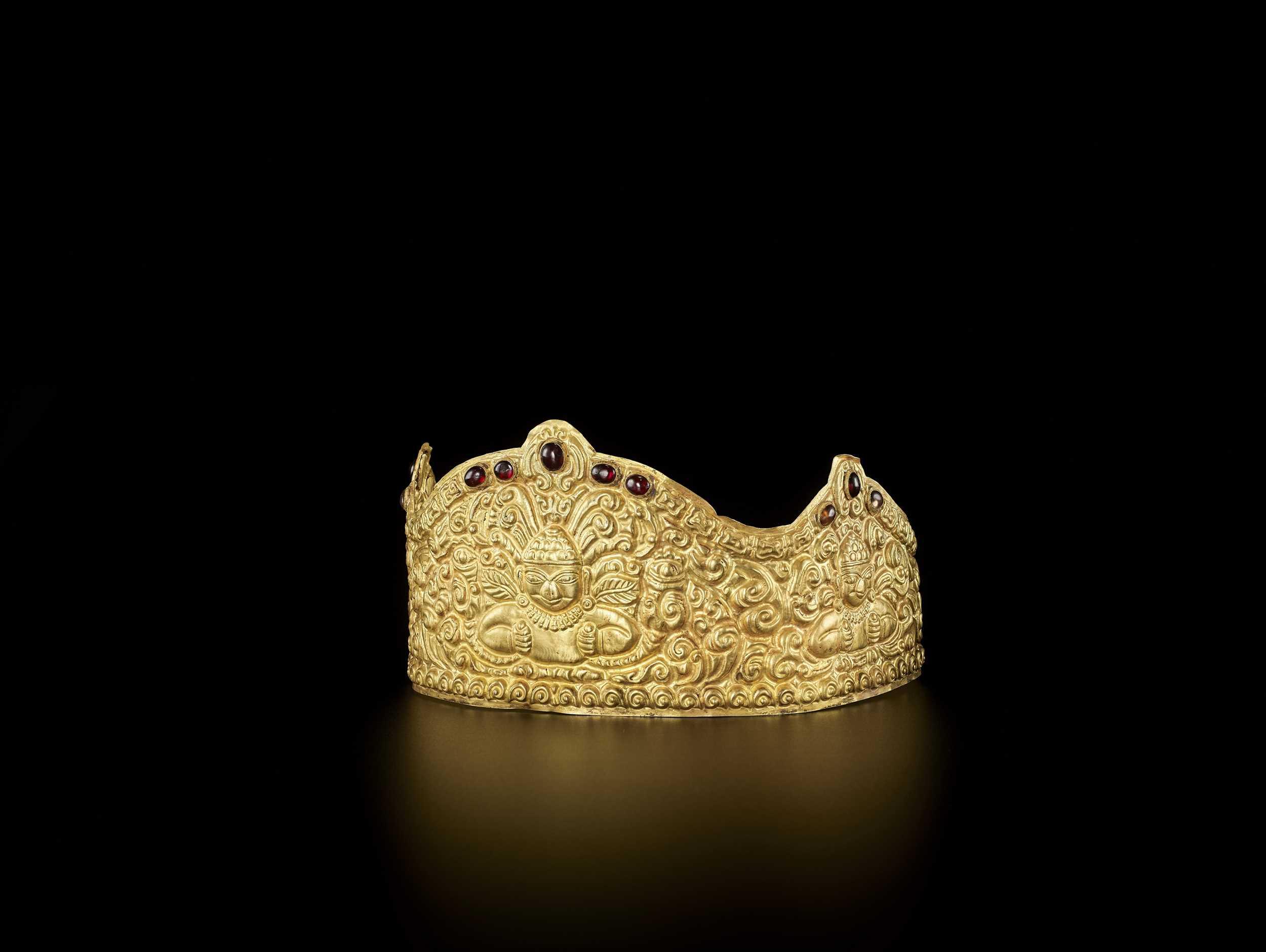 AN EXTRE MELY RARE AND FINE CHAM GEMSTONE-SET GOLD REPOUSSÉ CROWN WITH GARUDAS - Bild 9 aus 9