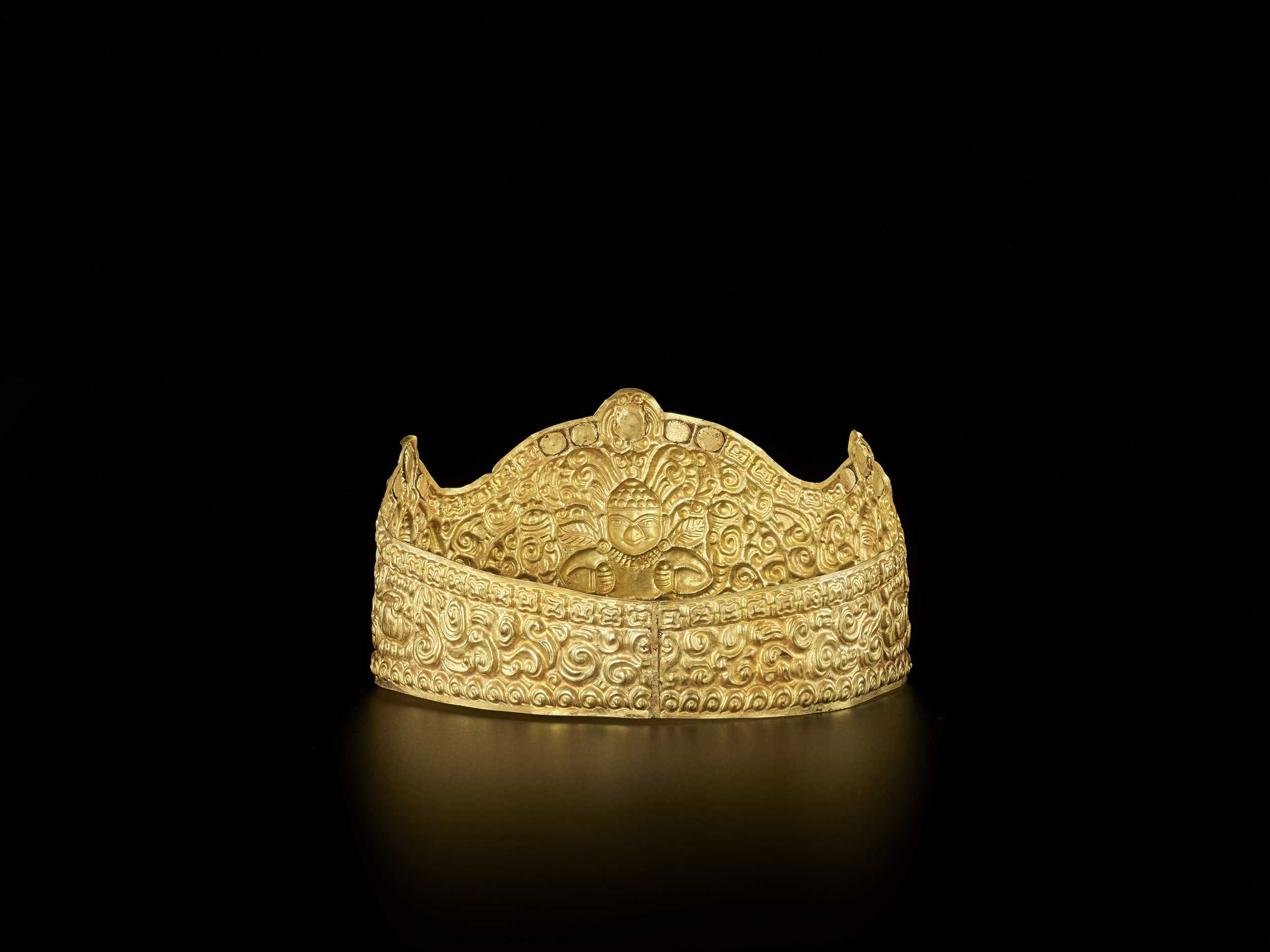 AN EXTRE MELY RARE AND FINE CHAM GEMSTONE-SET GOLD REPOUSSÉ CROWN WITH GARUDAS - Bild 7 aus 9