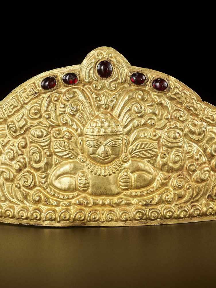AN EXTRE MELY RARE AND FINE CHAM GEMSTONE-SET GOLD REPOUSSÉ CROWN WITH GARUDAS - Bild 3 aus 9