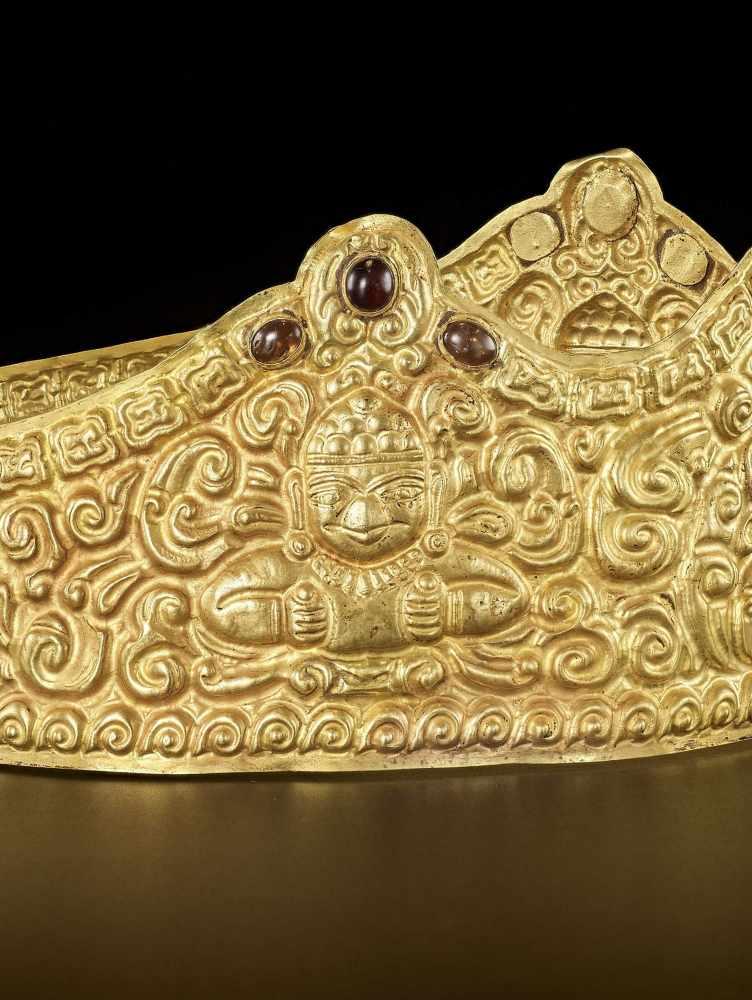 AN EXTRE MELY RARE AND FINE CHAM GEMSTONE-SET GOLD REPOUSSÉ CROWN WITH GARUDAS - Bild 6 aus 9