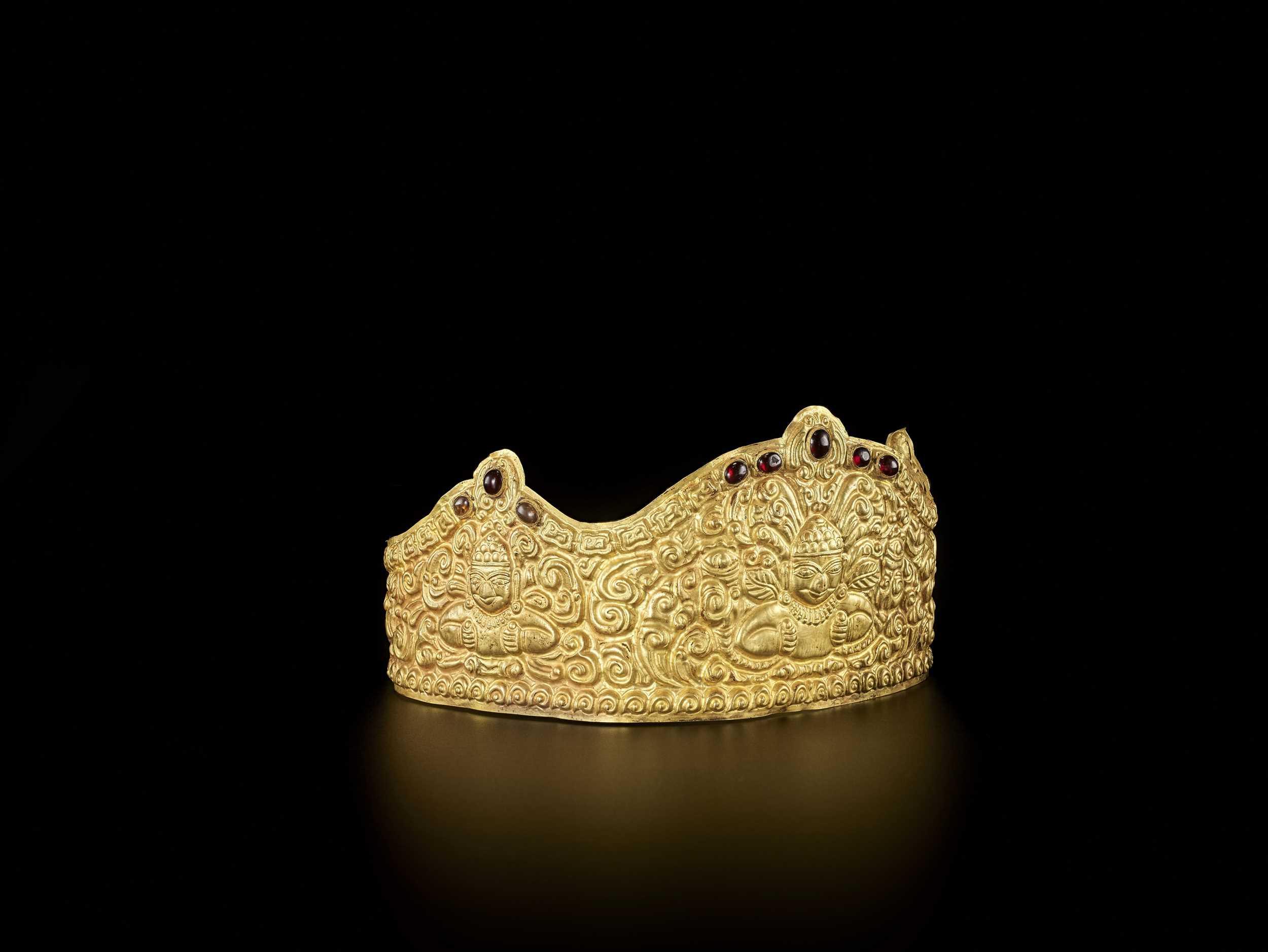 AN EXTRE MELY RARE AND FINE CHAM GEMSTONE-SET GOLD REPOUSSÉ CROWN WITH GARUDAS - Bild 4 aus 9