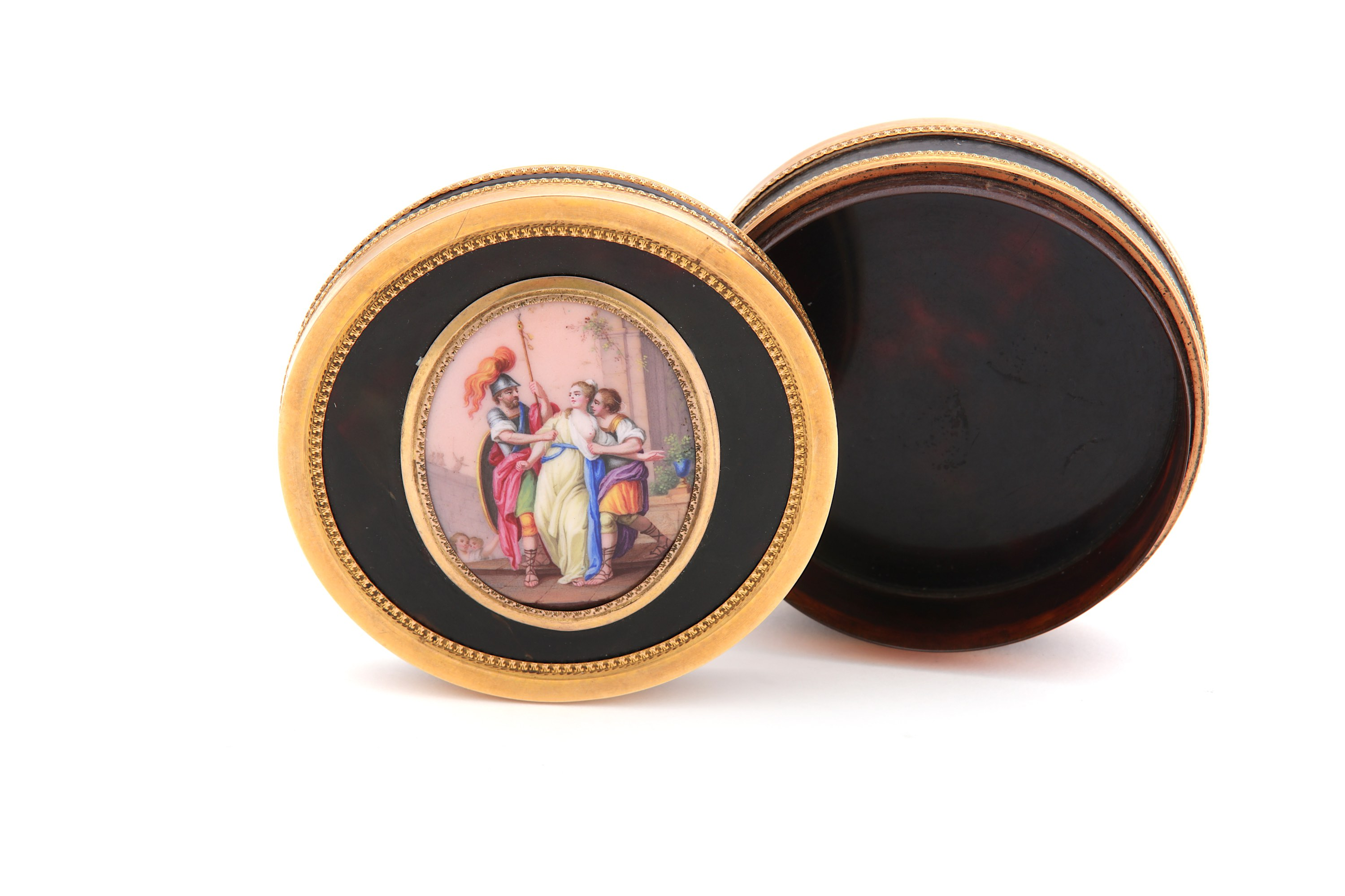 Lot 52 - A late 18th / early 19th century French unmarked gold mounted tortoiseshell snuffbox, Circa 1800
