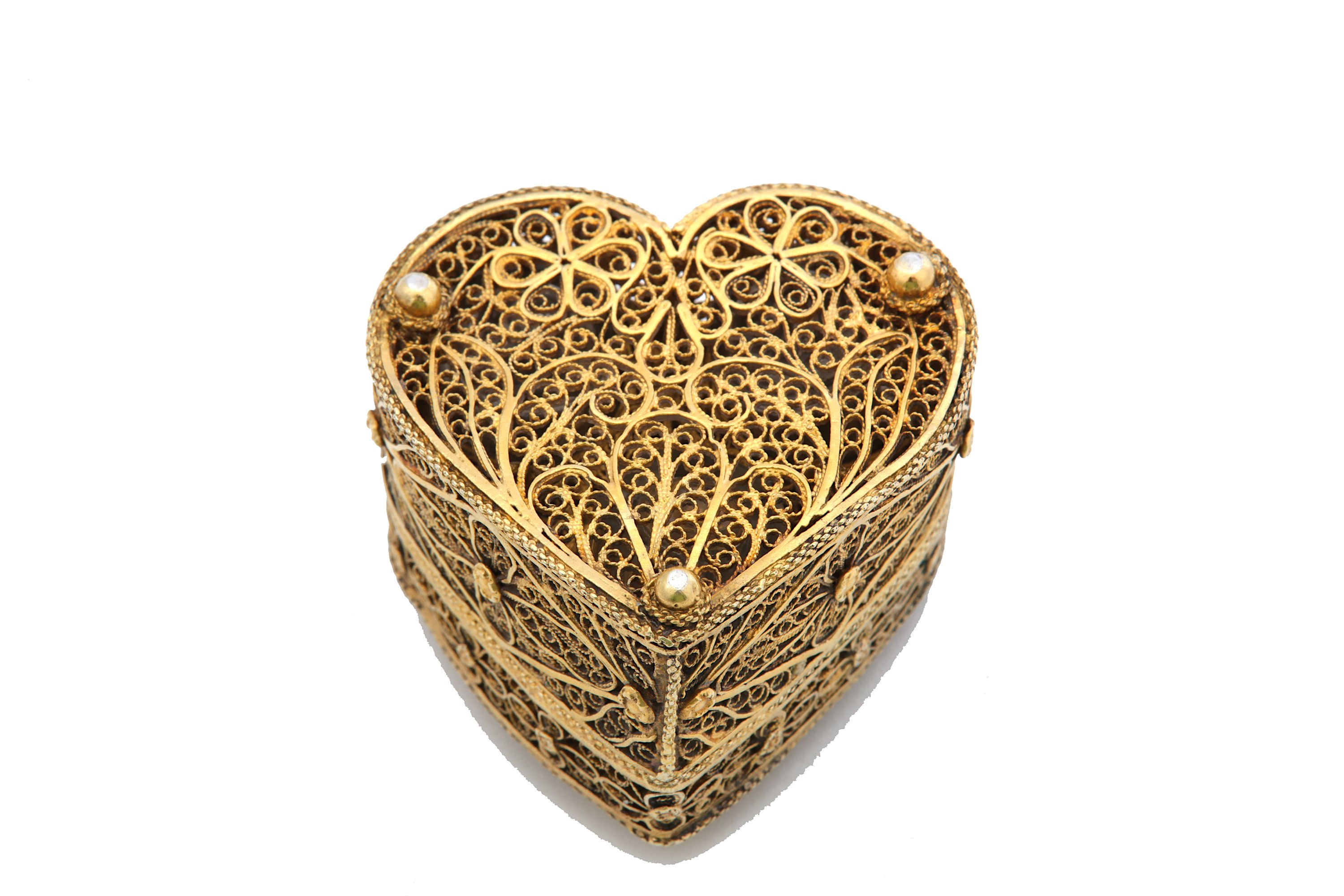 Lot 31 - A 19th century Continental silver-gilt filigree heart-shaped box, unmarked, possibly Portuguese