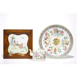 A Chinese famille rose plaque, a dish and a teapot and cover, 19th C. Dia.: 34 cm - H.: 4,5 cm (