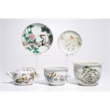 A varied lot of Chinese qianjiang cai porcelain, 19/20th C. Dia.: 17 cm - H.: 12 cm (largest bowl)