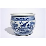 A blue and white Chinese fishbowl with birds among flowers, 19th C. Dia.: 36 cm - H.: 30,5 cm