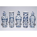 A five-piece Chinese blue and white garniture with dragons, 19th C. H.: 31 cm - H.: 31,5 cm (incl.
