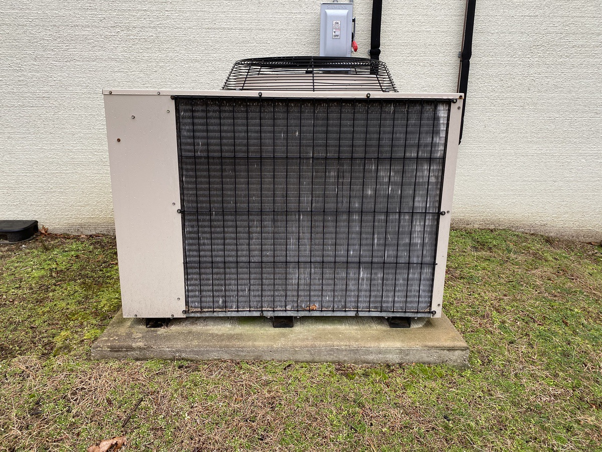 Lot 8A - Liebert UPS System, Includes Battery Rack, UPS and Liebert HVAC | Load Fee: $200