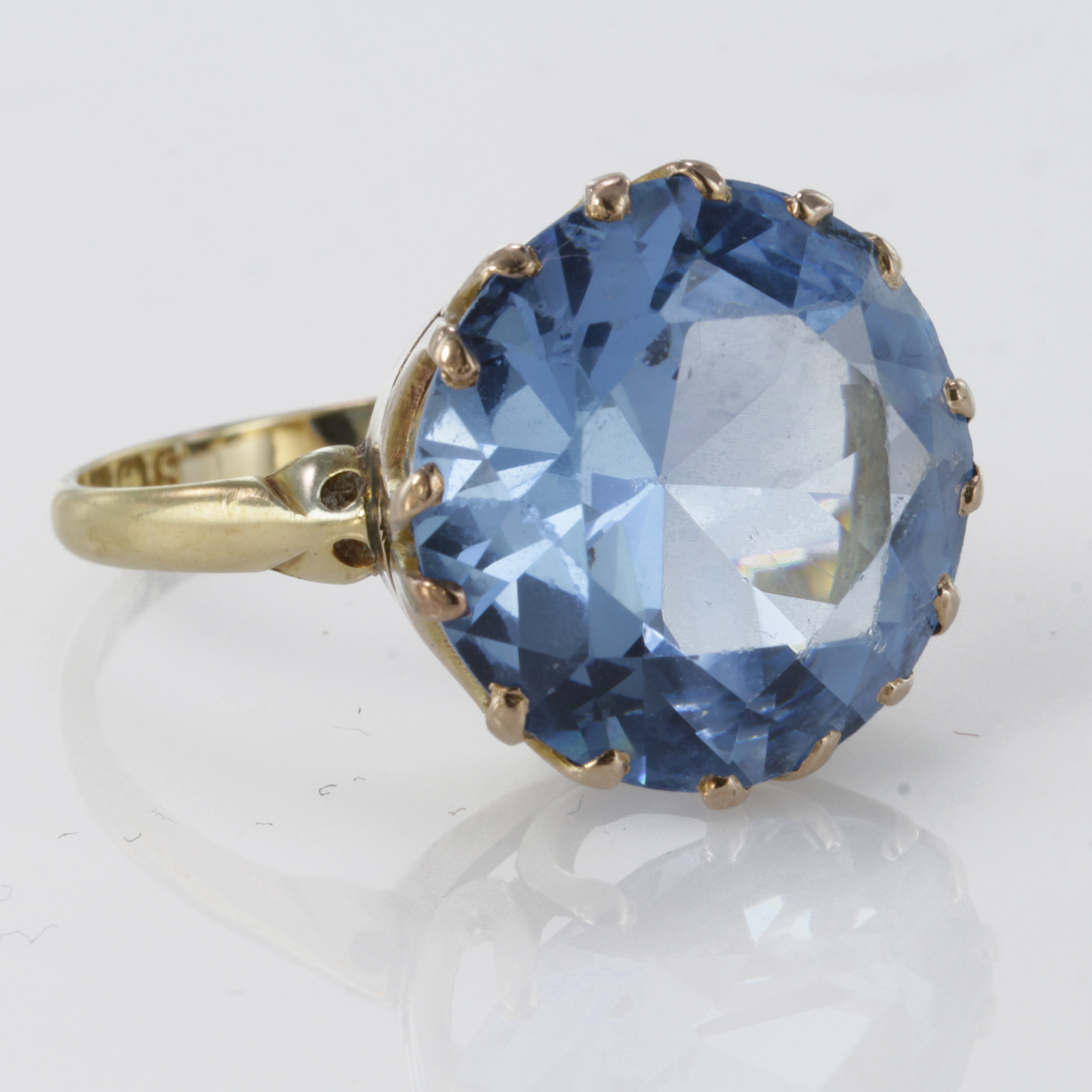 Lot 52 - 18ct Gold large Blue topaz set Ring size P weight 5.7g