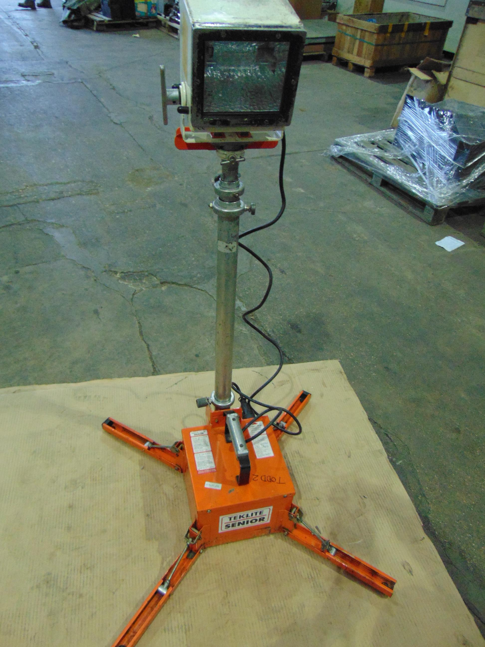 Lotto 26430 - Teklite 5K-B2 Portable Worklight with Teklite Senior Battery and Mast