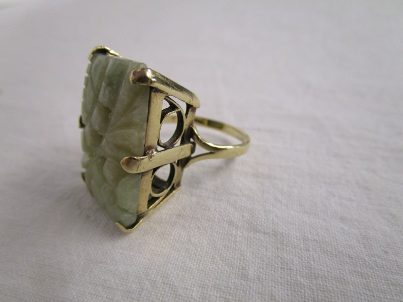 Lot 19 - Gold ring set with jade