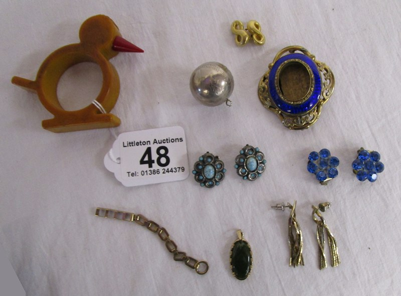 Lot 48 - Box of collectables & costume jewellery to include napkin holders, Victorian brooch & half crown