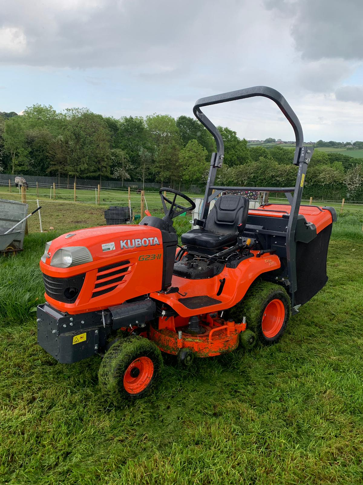 Lot 56 - 2015 KUBOTA G23-II TWIN CUT LAWN MOWER WITH ROLL BAR, HYDRAULIC TIP, LOW DUMP COLLECTOR - 28 HOURS!!