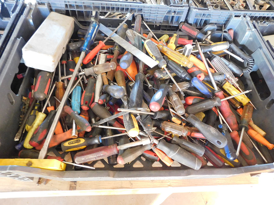 LOT OF ASSORTED SCREW DRIVES