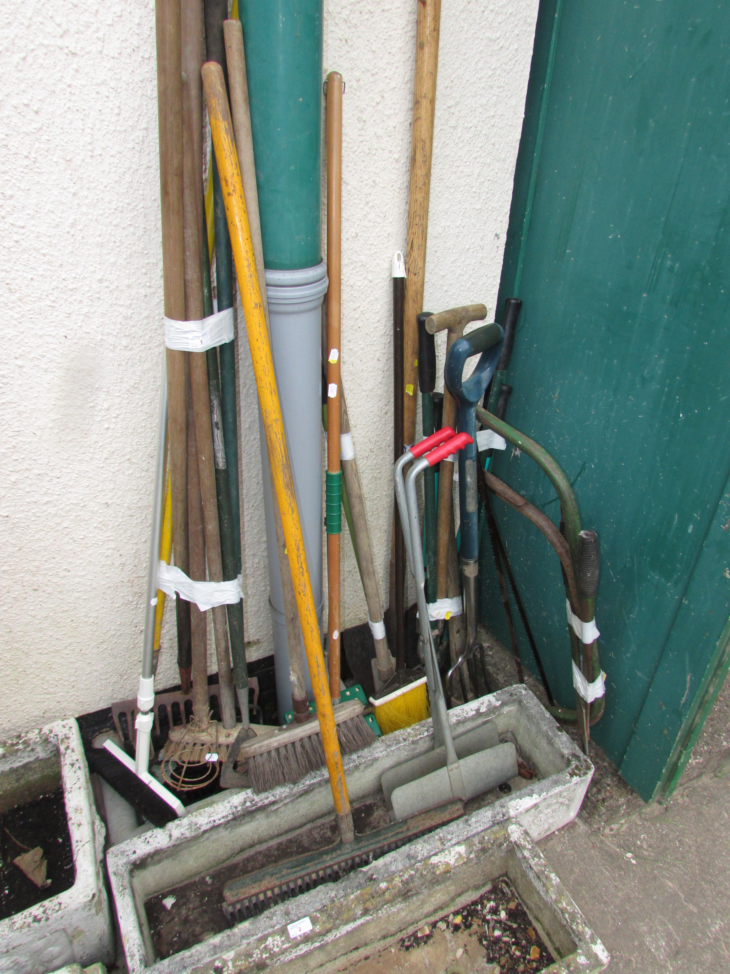 Lot 1 - LARGE SELECTION OF GARDEN TOOLS AND BRUSHES