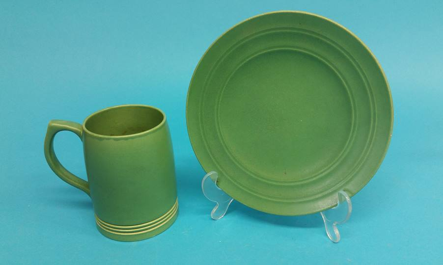 Lot 9 - A Wedgwood Keith Murray green side plate and a Kei