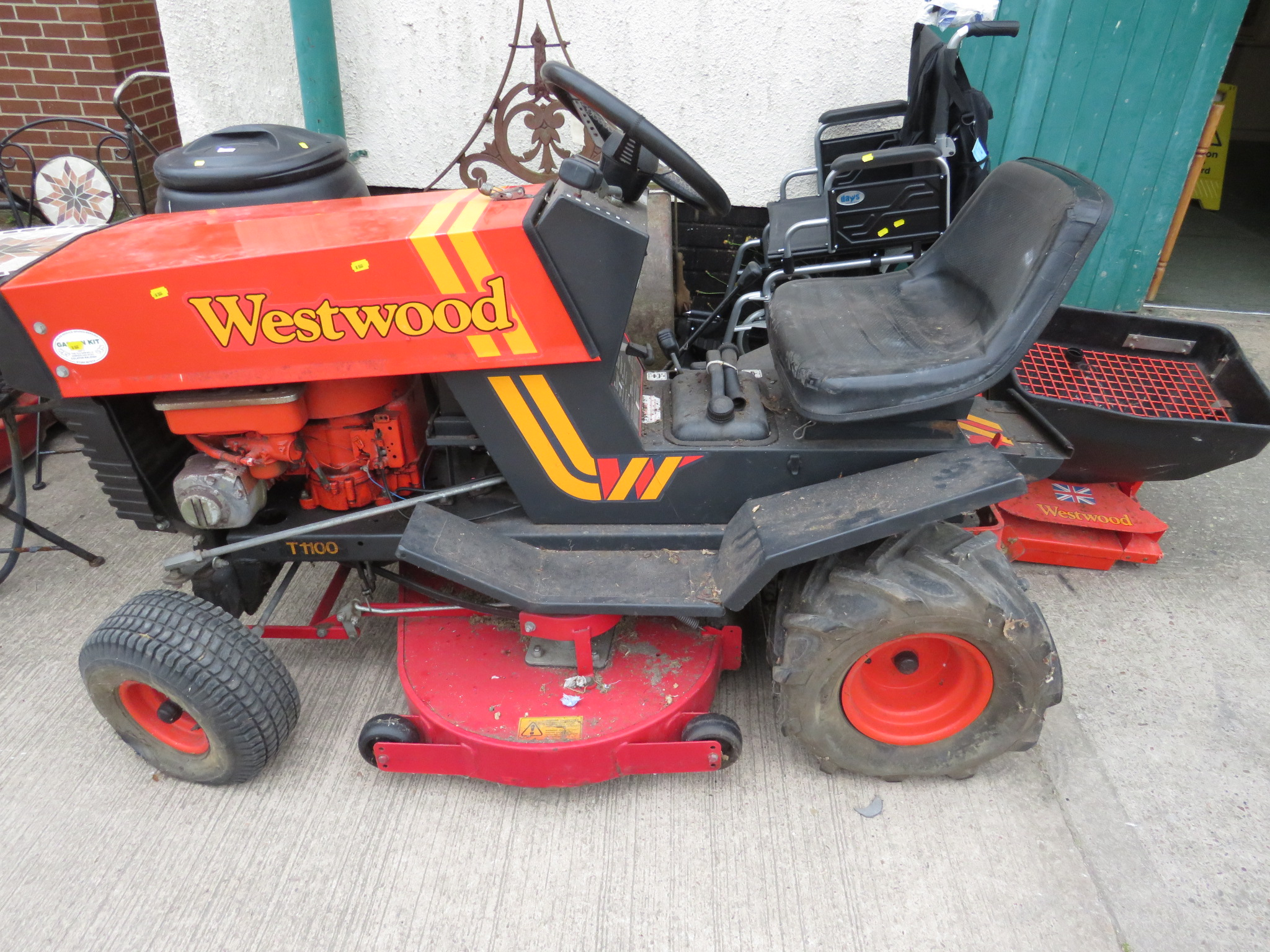 Lot 34A - WESTWOOD T1100 RIDE ON LAWN MOWER WITH BRIGGS AND STRATTON 11HP PETROL ENGINE (KEY IN OFFICE)