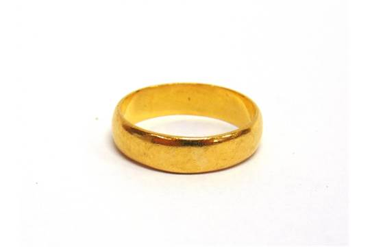A 22 CARAT GOLD WEDDING RING no date letter 54g gross