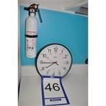 Lot: wall clock & extinguisher / Horloge et extincteur