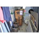 Lot: room contents / Contenu de la pièce (parasols, supports à bicycle, seau et essoreuse)