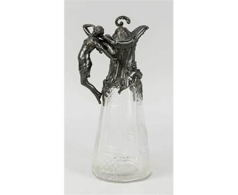 Jugendstil-Karaffe, um 1900. Glaskorpus mit Schliffdekor, schwer ornamentierte Zinnmontierung mit Frauenhenkel, leicht ber.,